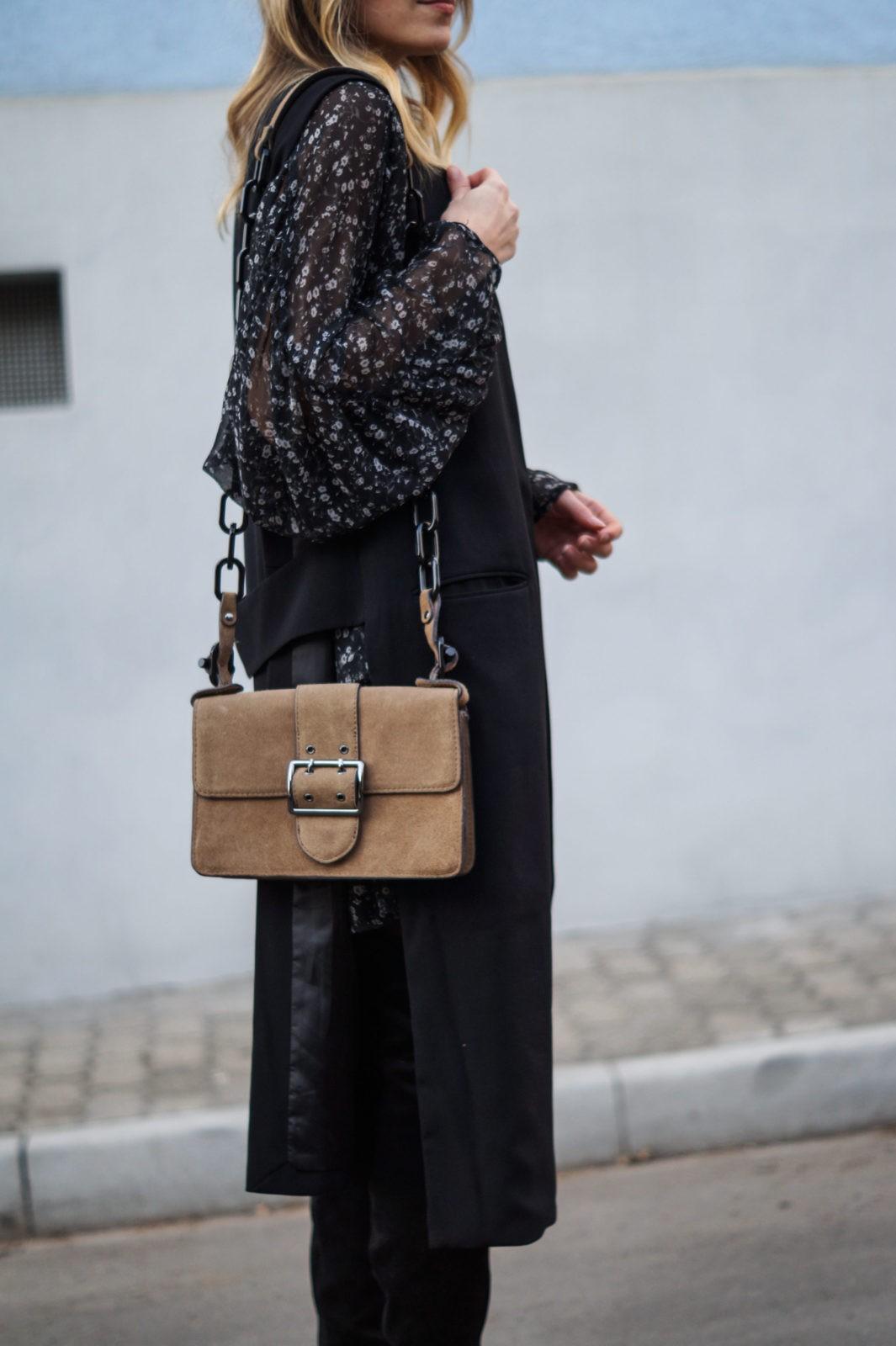 Fashionblogger Sariety Sarah Czok Modeblog Heidelberg Romper Dress Zara  Minikleid overknees blümchenkleid schwarz outfit details tasche braun mango 601543d197