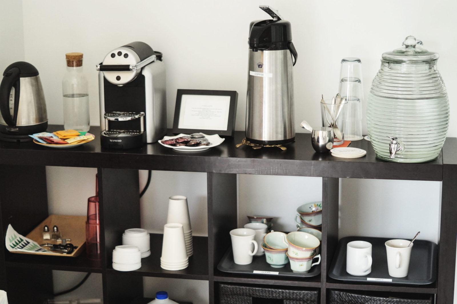 Hotel Review Lincolnville Motel Maine USA Travel Plattenspieler Erfahrung Kaffee Aufenthaltsraum