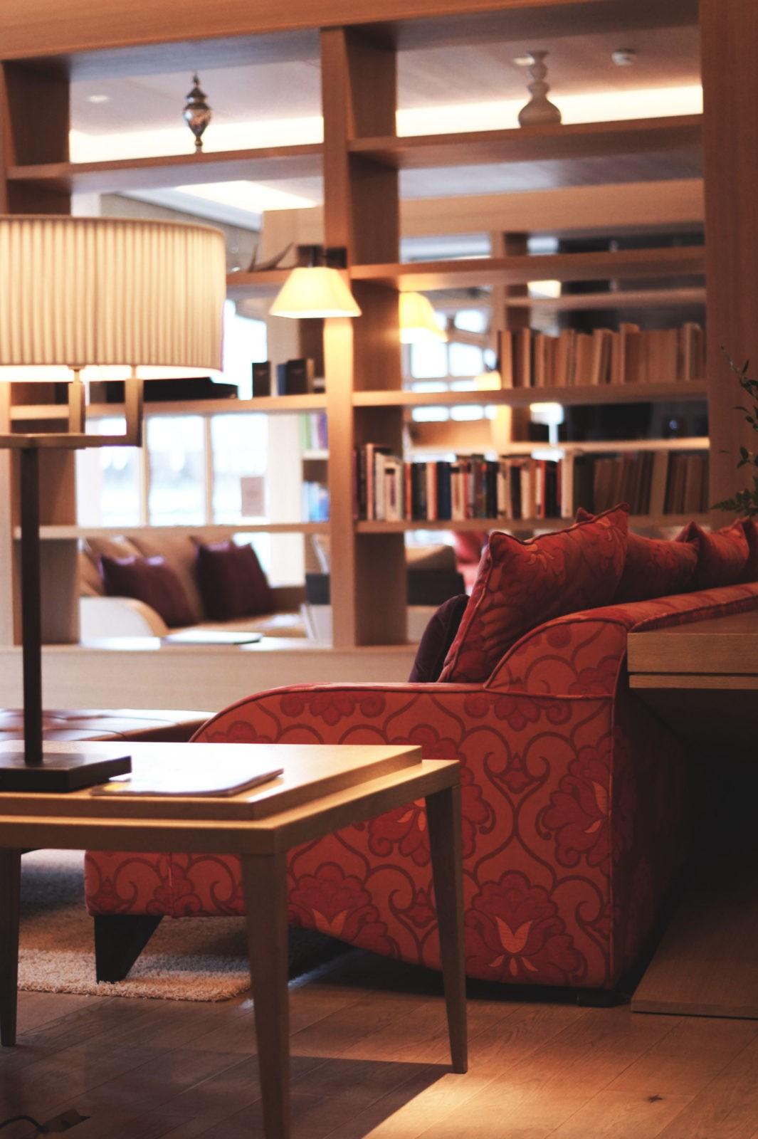 hotel review travel charme ifen hotel kleinwalsertal austria sterreich hotelbewertung lobby. Black Bedroom Furniture Sets. Home Design Ideas