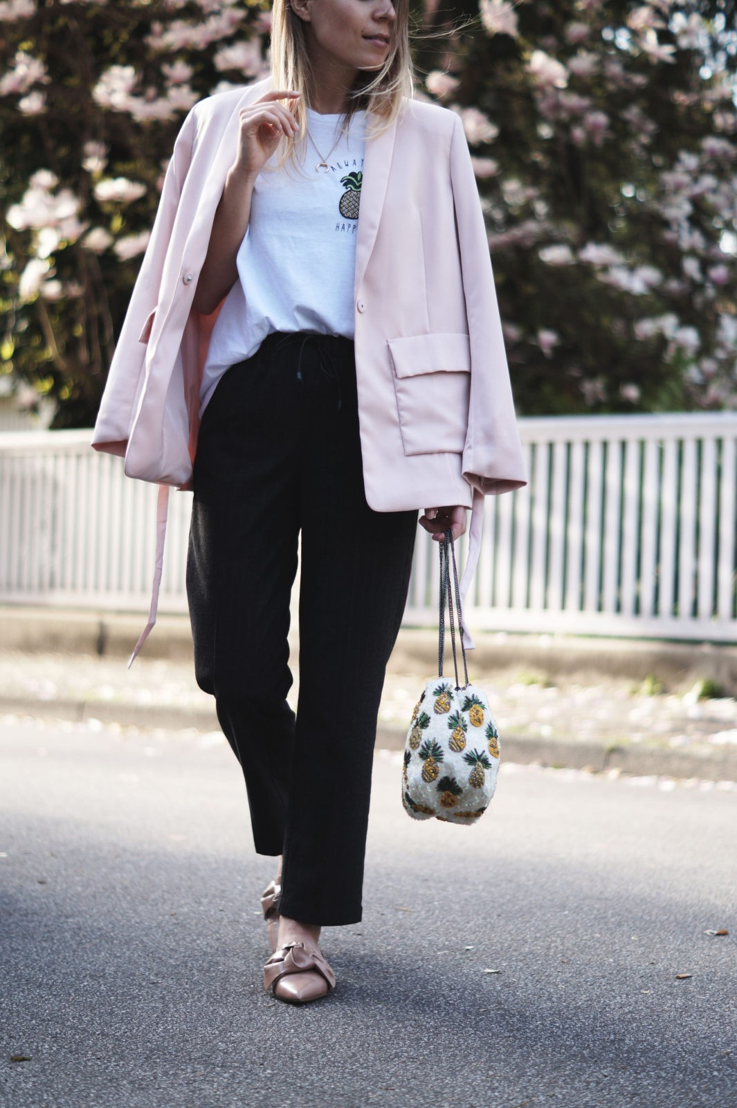 Pineapple Spring Look Always Be Happy Ananas Outfit Statement Shirt Frühling Magnolienbaum rosa Blazer Casual Chic Heidelberg Blossoms 10 Fakten über mich Fashionblogger Sariety Sarah Czok