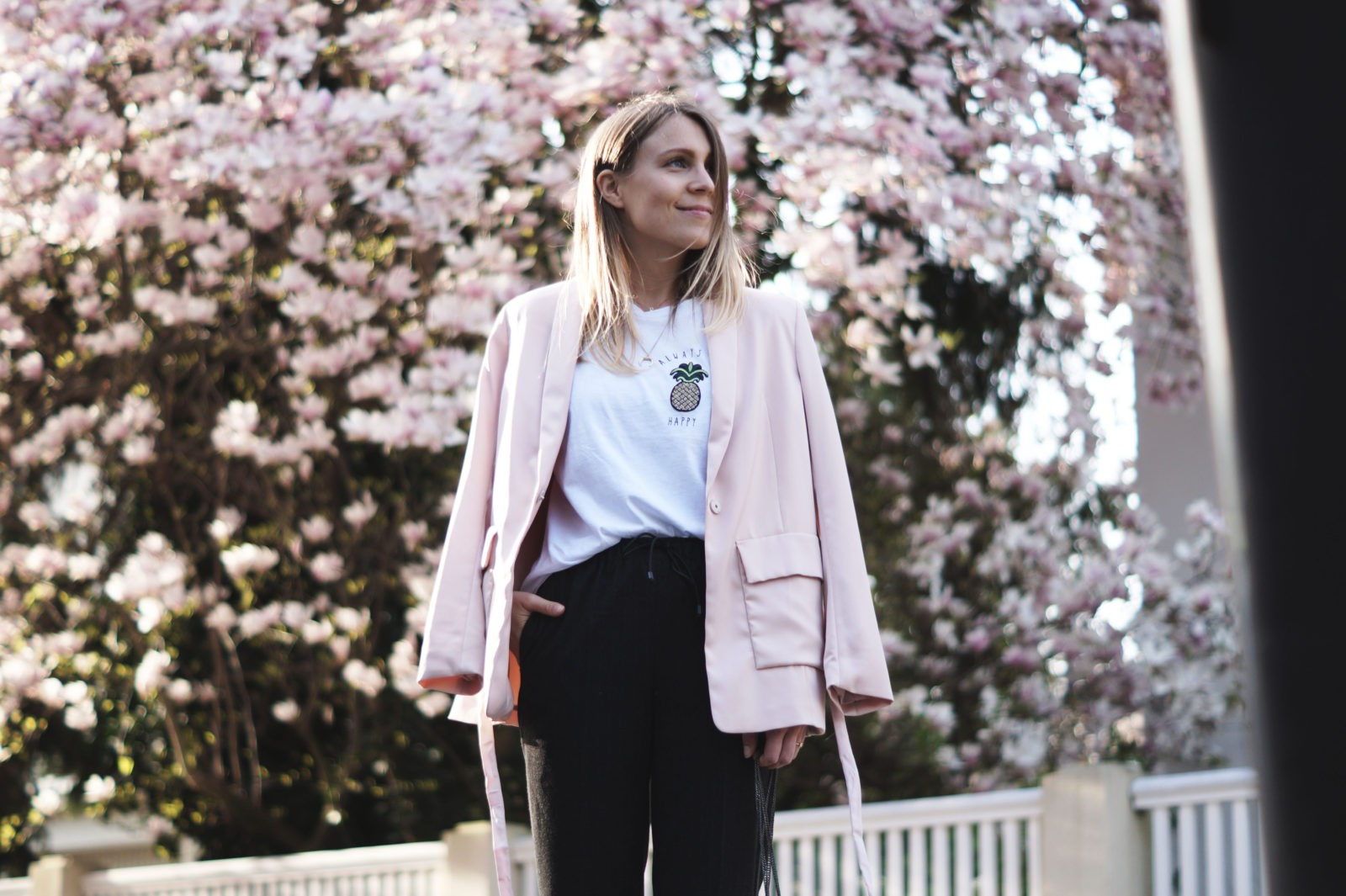 Pineapple Spring Look Always Be Happy Ananas Outfit Statement Shirt Frühling Magnolienbaum rosa Blazer Casual Chic Heidelberg Blossoms 10 Fakten über mich