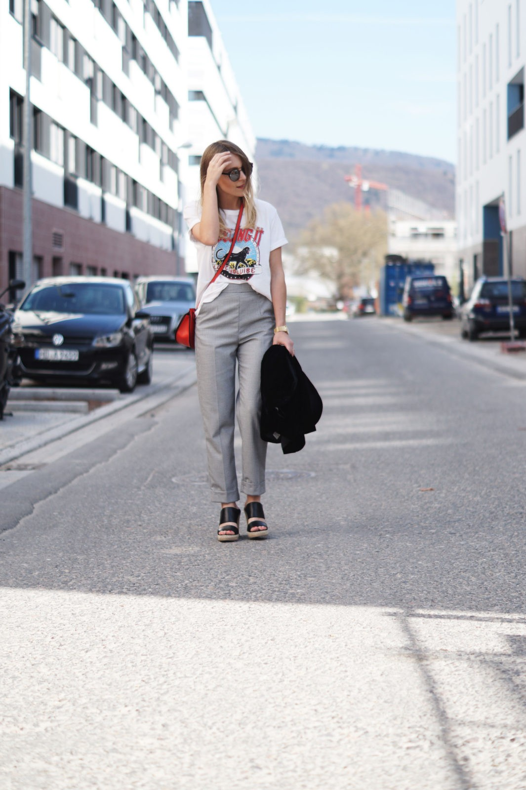 Slogan Shirt Pop of Red Outfit Fashionblogger Sariety Modeblog Heidelberg Bandshirt Karohose rote Tasche Bahnstadt Streetstyle