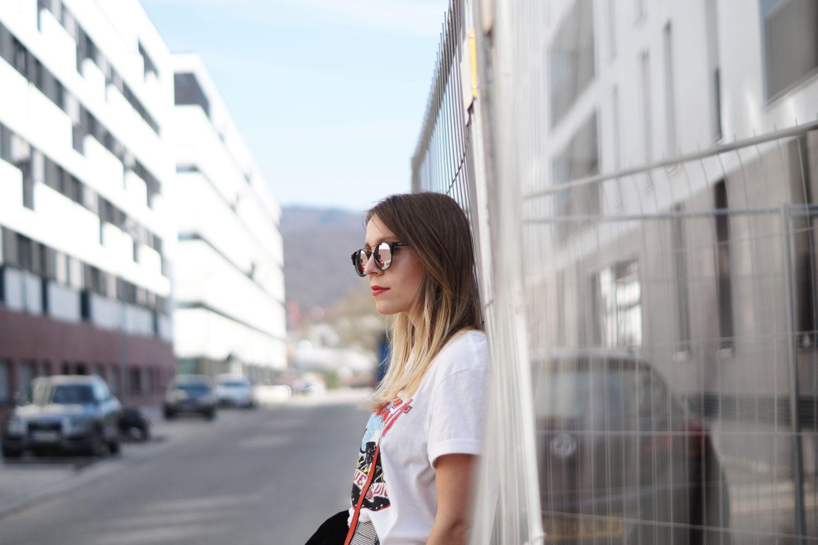 Slogan Shirt Pop of Red Outfit Fashionblogger Sariety Modeblog Heidelberg Bandshirt Karohose rote Tasche Mirror Sunnies verspiegelte Sonnenbrille