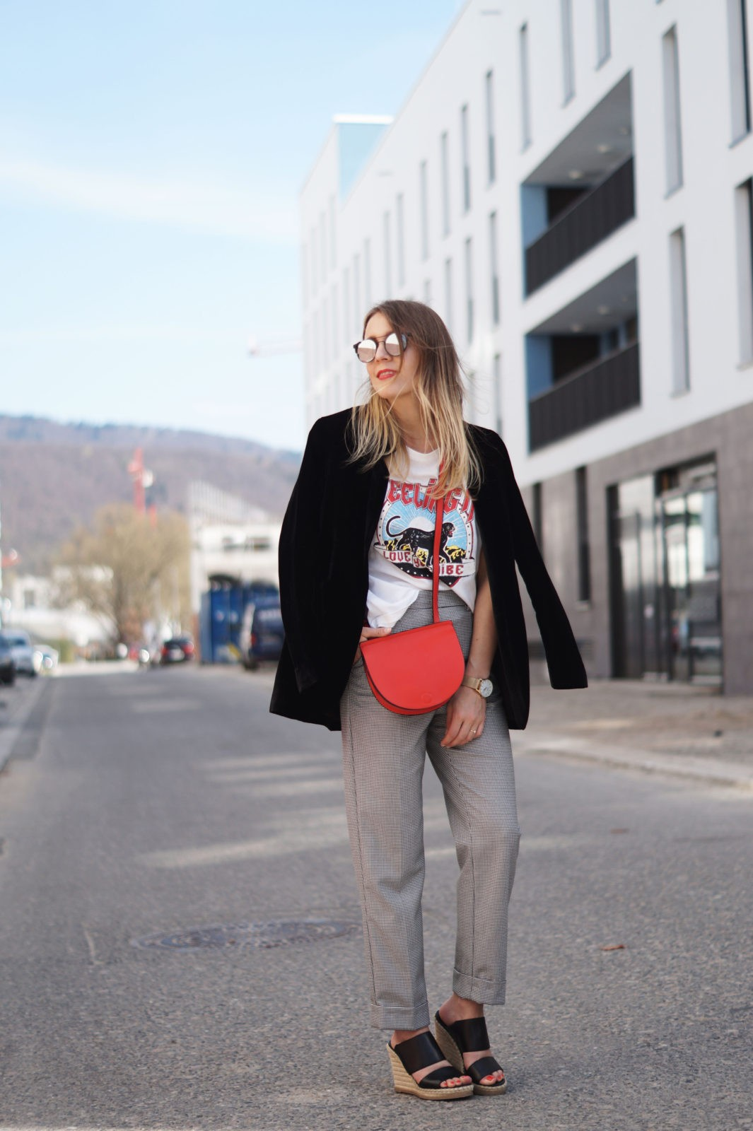 Slogan Shirt Pop of Red Outfit Fashionblogger Sariety Modeblog Heidelberg Bandshirt Karohose rote Tasche Mirrored Sunglasses