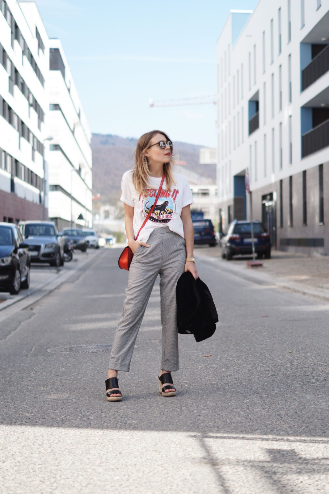 Slogan Shirt Pop of Red Outfit Fashionblogger Sariety Modeblog Heidelberg Bandshirt Karohose rote Tasche Slacks Streetstyle