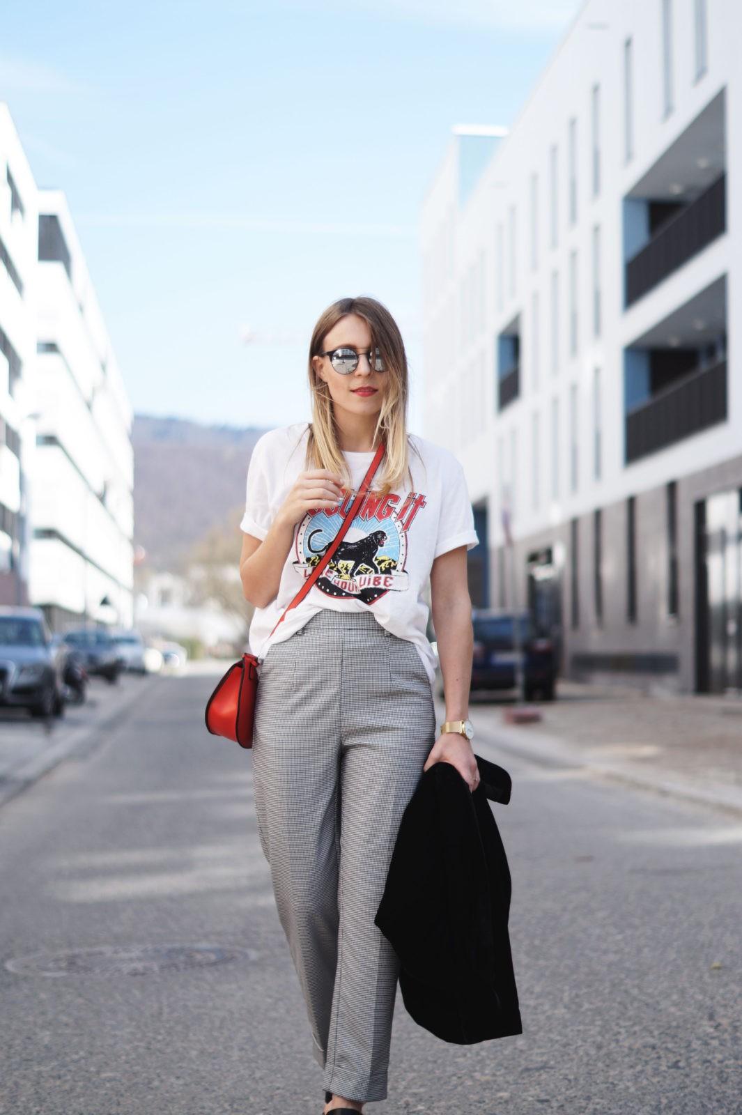 Slogan Shirt Pop of Red Outfit Fashionblogger Sariety Modeblog Heidelberg Bandshirt Karohose rote Tasche Streetstyle Bahnstadt