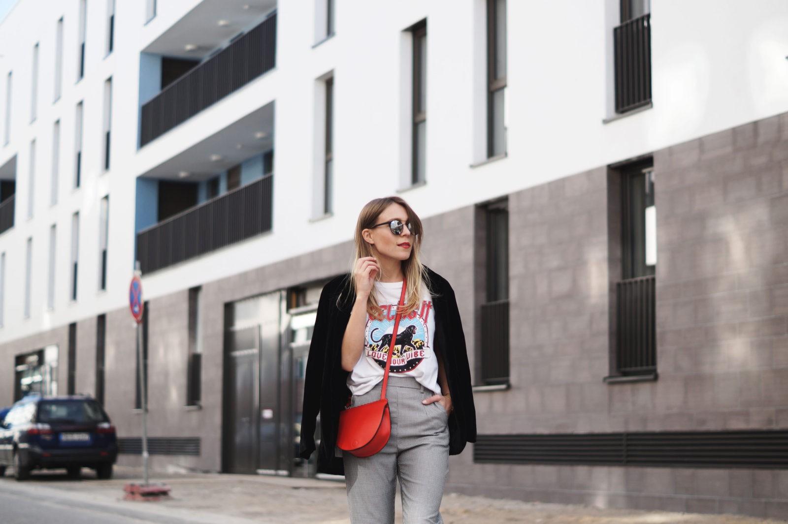 Slogan Shirt Pop of Red Outfit Fashionblogger Sariety Modeblog Heidelberg Bandshirt Karohose rote Tasche