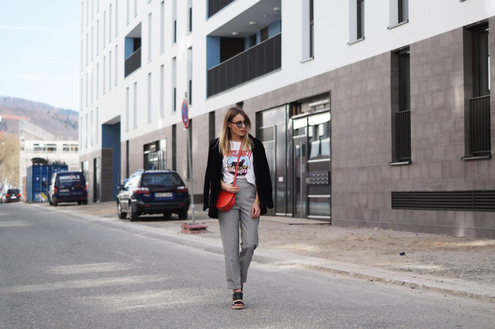 Slogan Shirt Pop of Red Outfit Fashionblogger Sariety Modeblog Heidelberg Bandshirt Karohose rote Tasche Mirrored Sunglasses Plaid Slacks