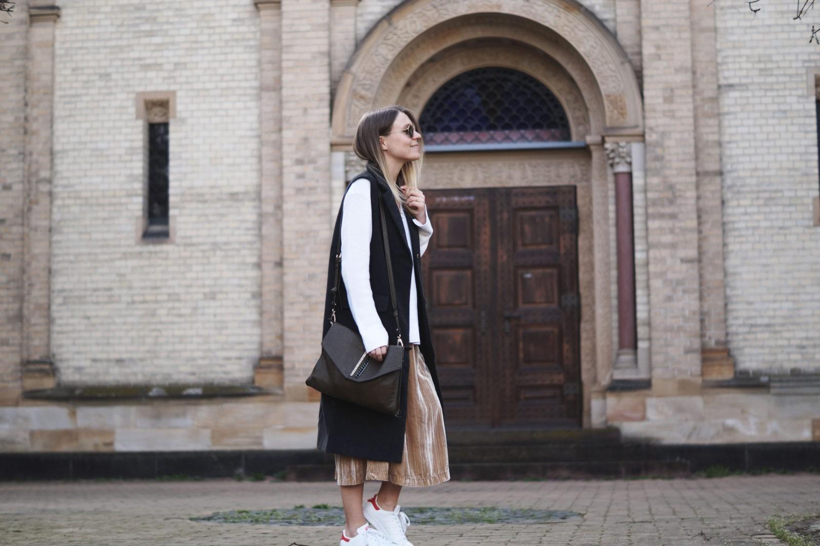 Velvet Midi Skirt Samtrock H&M Streetstyle Outfit Spring Look Frühling Layers Layering Adidas Stan Smith Ray Ban Round Metal Fashionblogger Sariety Modeblog Heidelberg Posing Outfitshoot