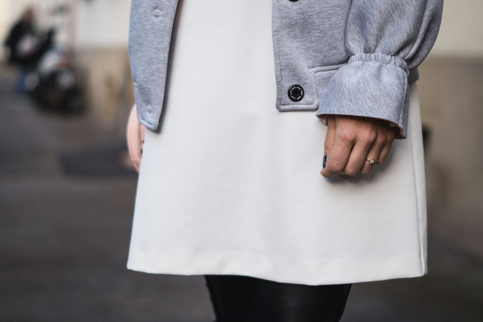 Gray-Bomber-Jacket-Bomberjacke-Grau-Rueschen-Rosa-Modeblog-Heidelberg-Fashionblogger-Details-Verlobungsring