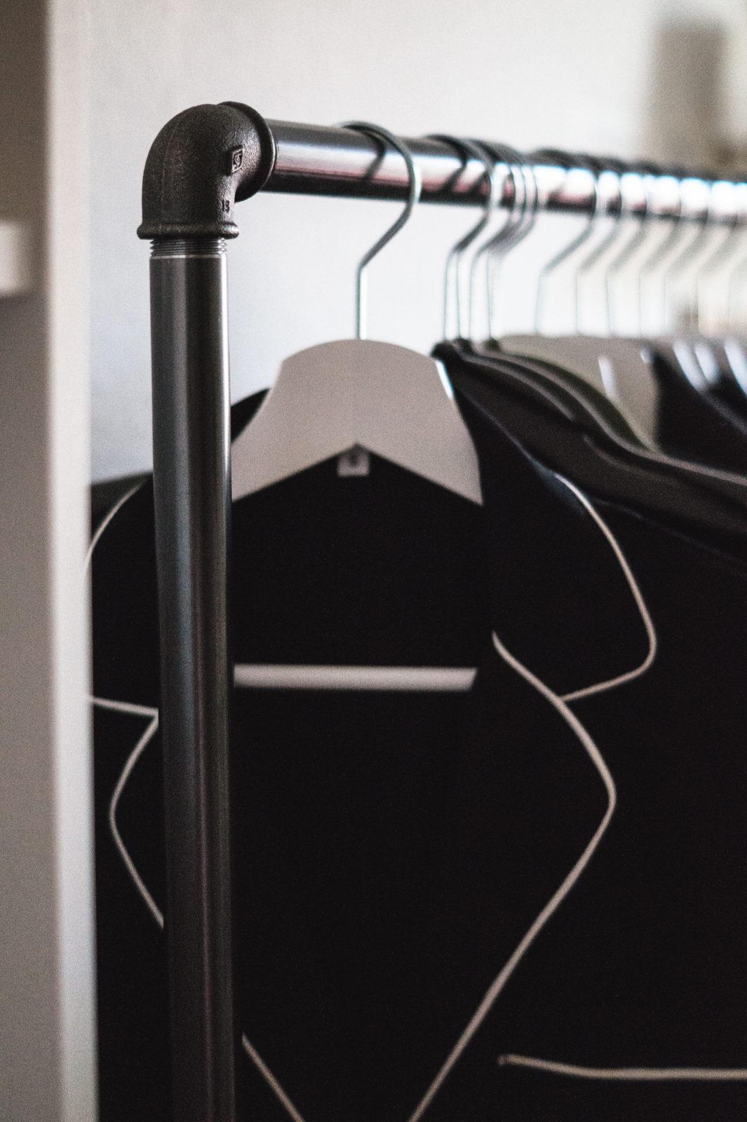 HOME STORY New Walk In Closet & Office with Rackbuddy begehbarer Kleiderschrank Work Space Kleiderstange Blogger Sariety Details
