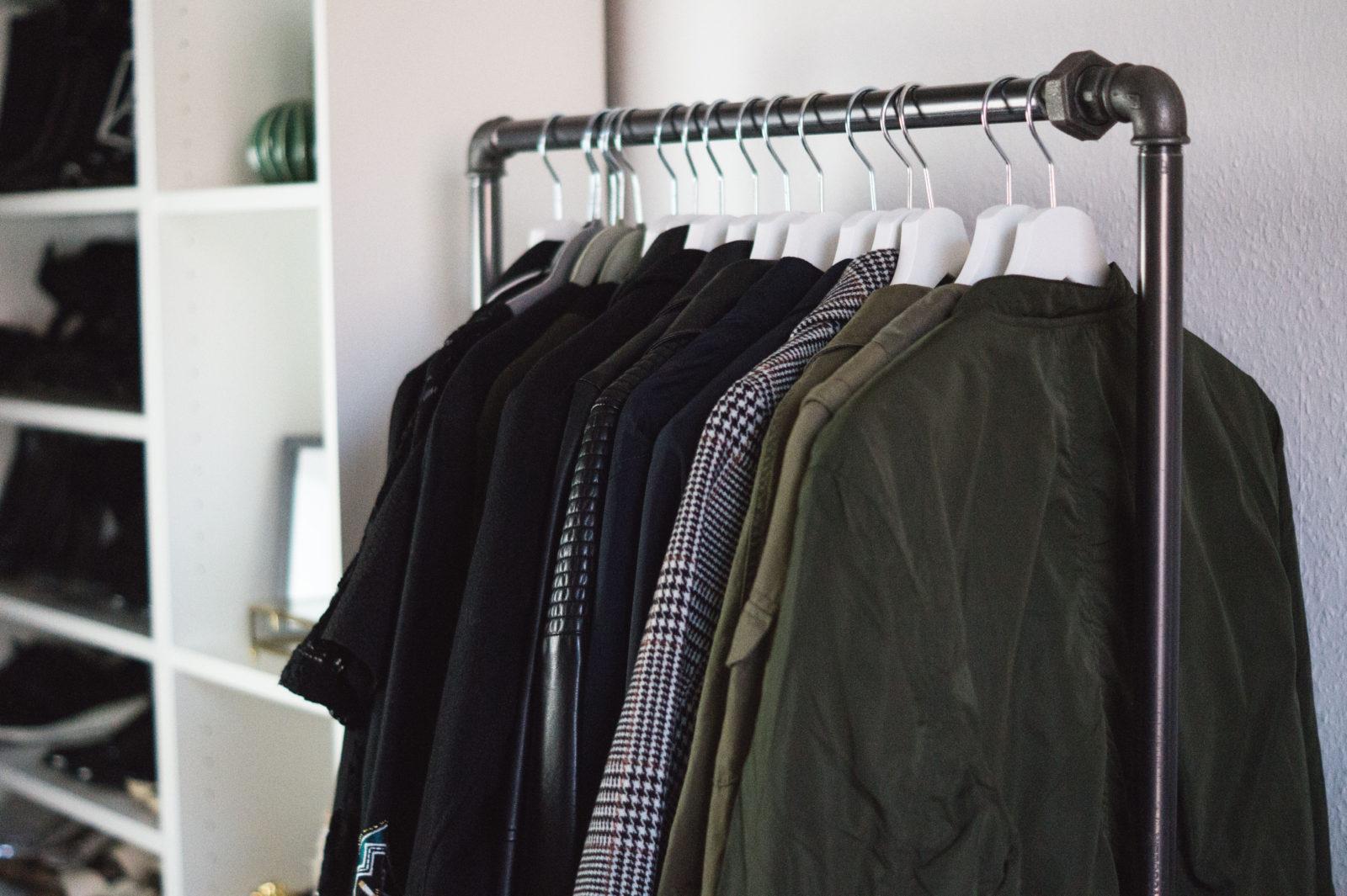 HOME STORY New Walk In Closet & Office with Rackbuddy begehbarer Kleiderschrank Work Space Kleiderstange Blogger Sariety Kleidung