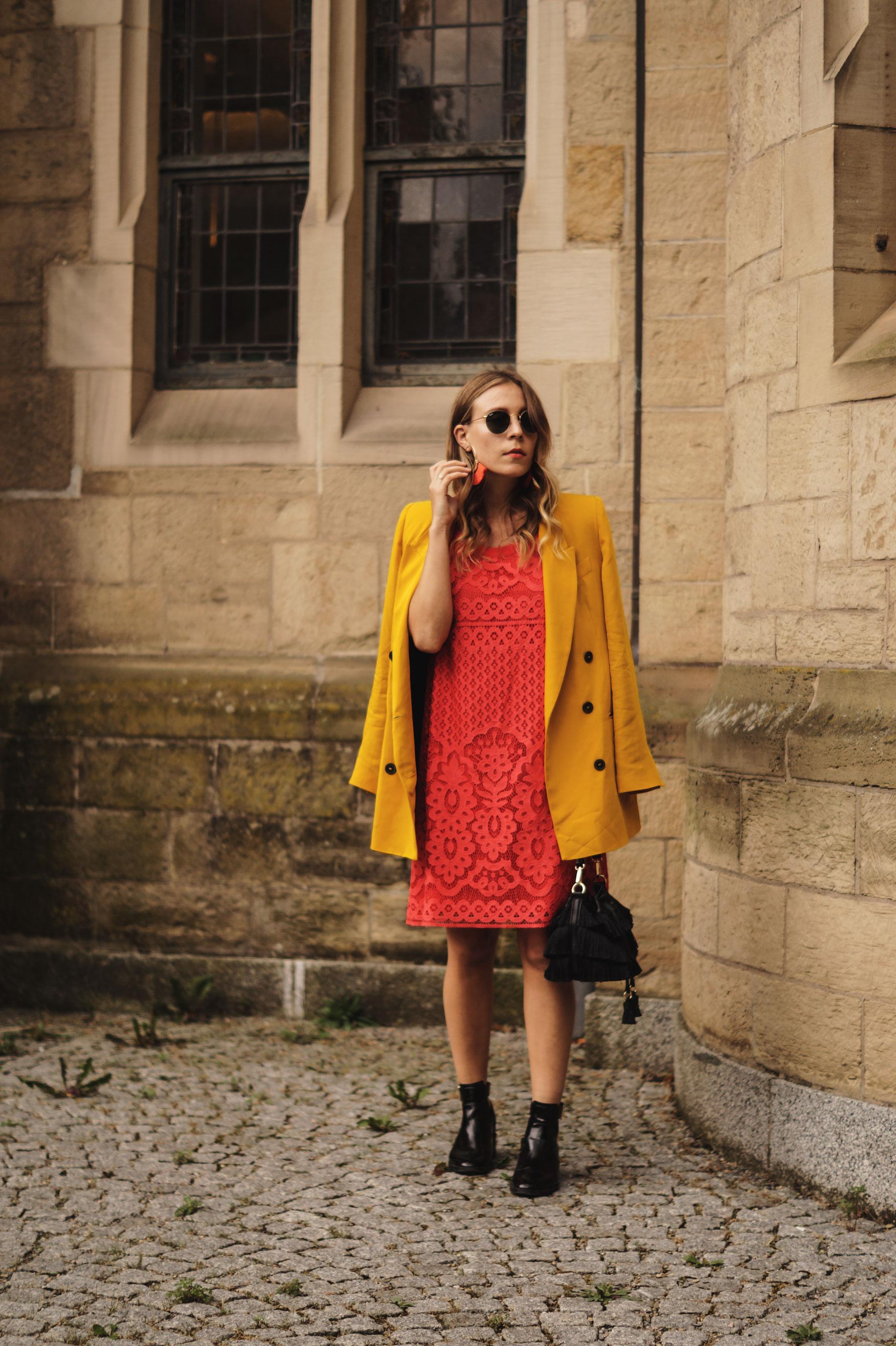 Modeblog Sariety Riani Dress Fashion Week Berlin Spitzenkleid gelber Blazer yellow Jacket Fiesta Rianista Color Blocking Fashionblogger_1