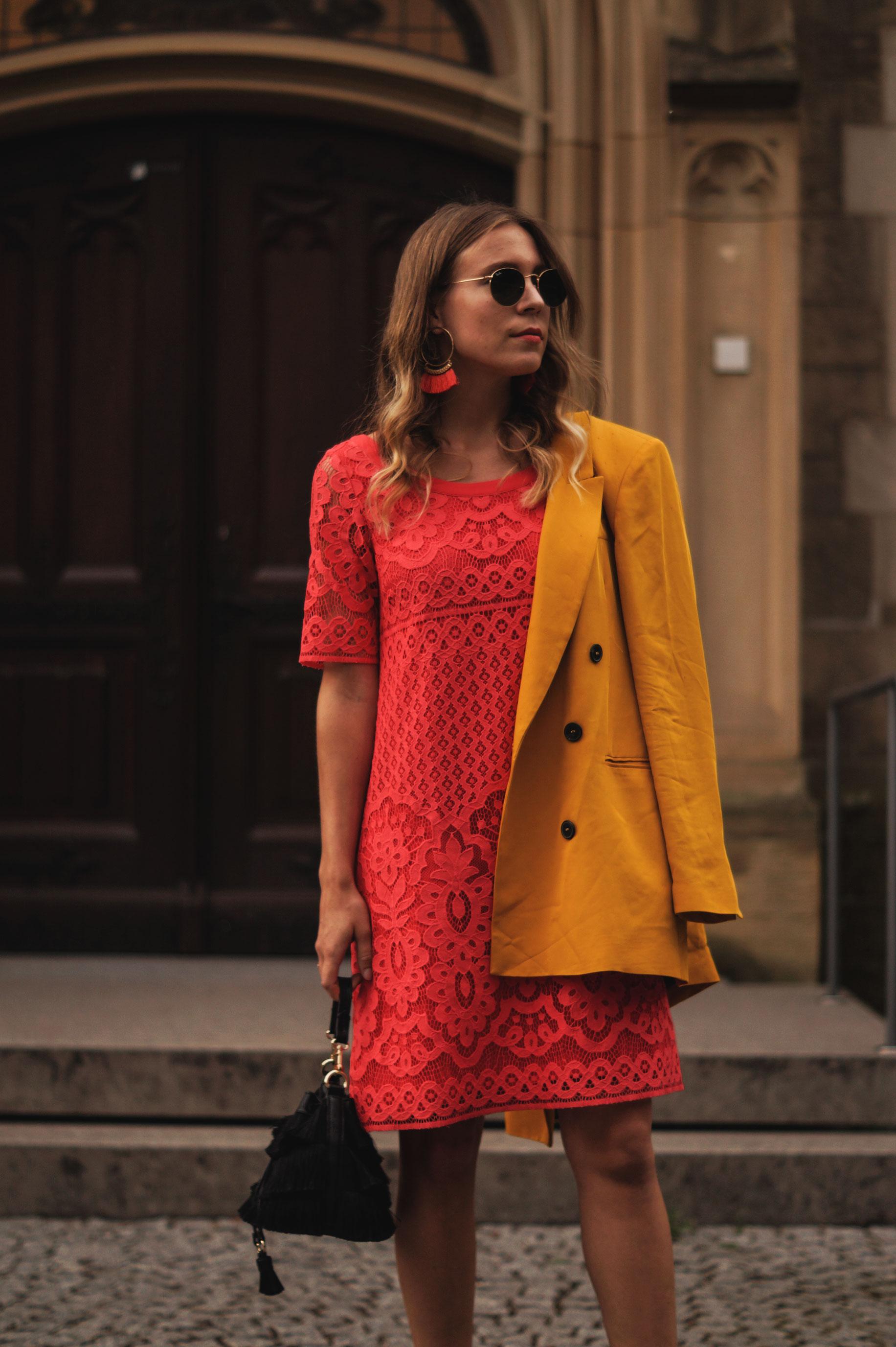 Modeblog Sariety Riani Dress Fashion Week Berlin Spitzenkleid gelber Blazer yellow Jacket Fiesta Rianista Color Blocking Fashionblogger_2