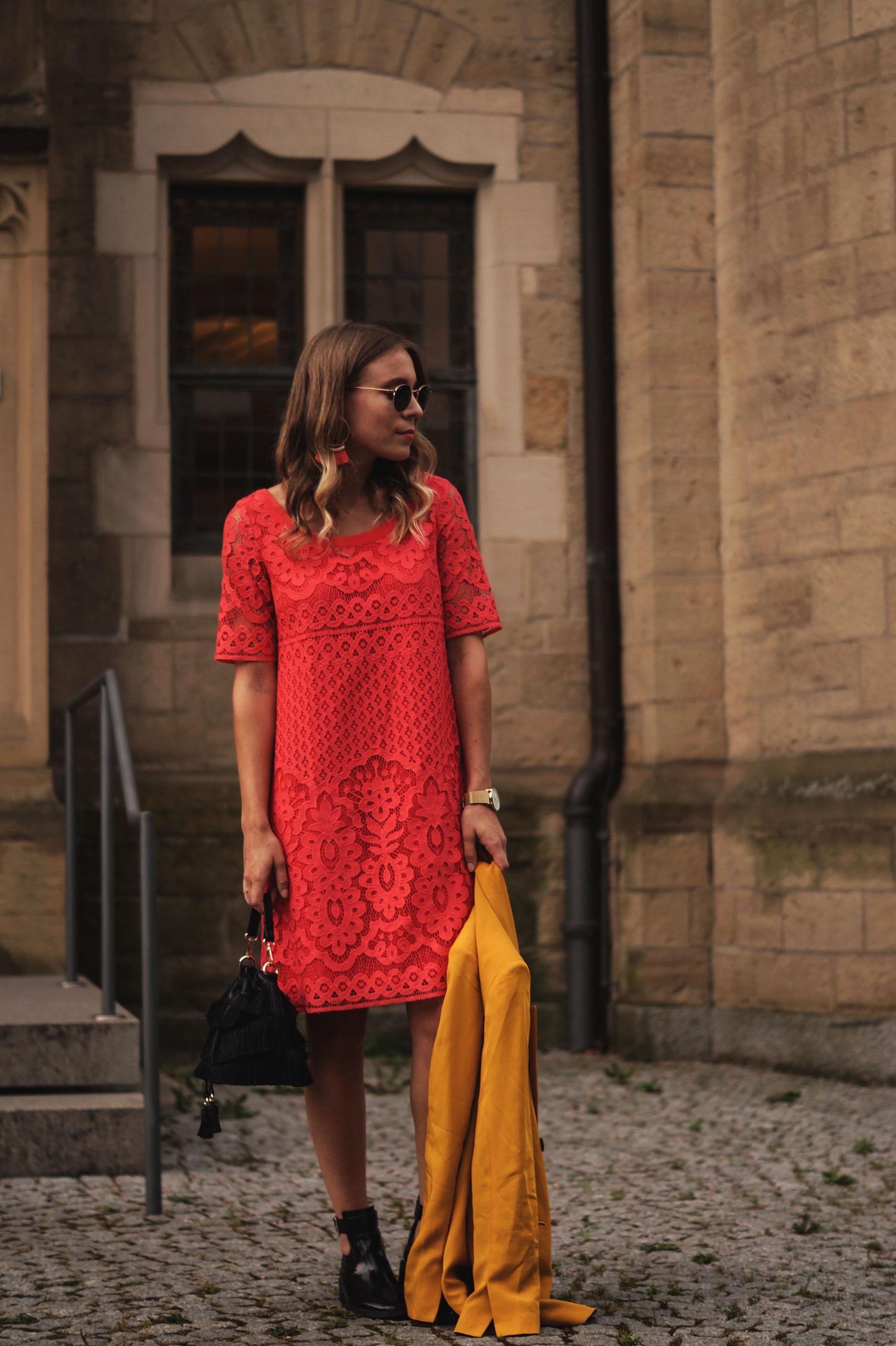 Modeblog Sariety Riani Dress Fashion Week Berlin Spitzenkleid gelber Blazer yellow Jacket Fiesta Rianista Color Blocking Fashionblogger_3