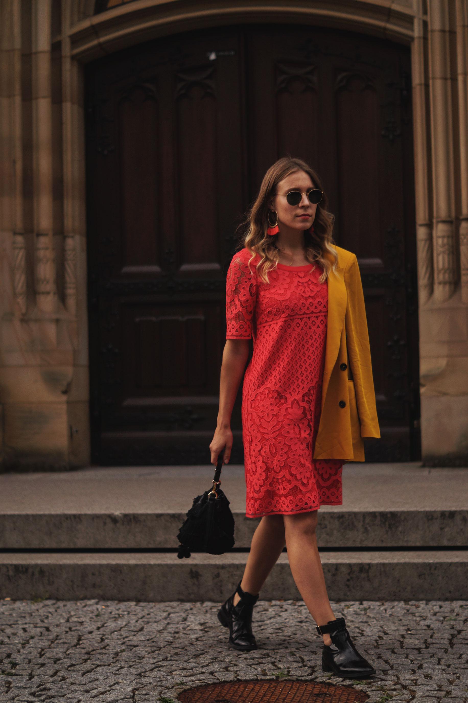 Modeblog Sariety Riani Dress Fashion Week Berlin Spitzenkleid gelber Blazer yellow Jacket Fiesta Rianista Color Blocking Fashionblogger_4