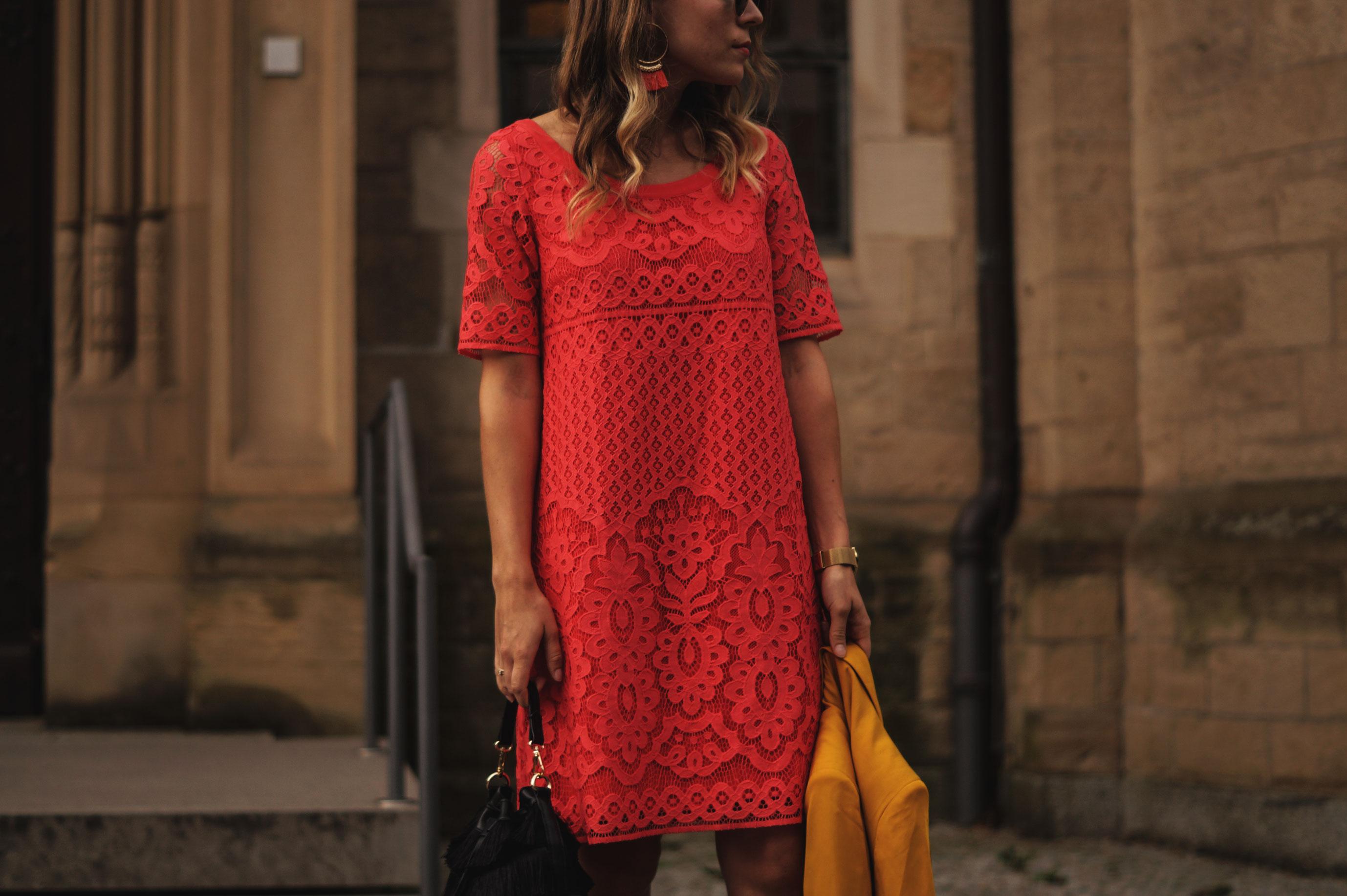 Modeblog Sariety Riani Dress Fashion Week Berlin Spitzenkleid gelber Blazer yellow Jacket Fiesta Rianista Color Blocking Fashionblogger_5