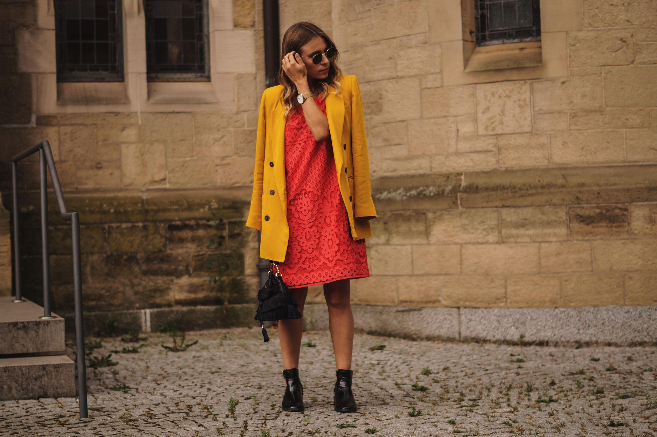 Modeblog Sariety Riani Dress Fashion Week Berlin Spitzenkleid gelber Blazer yellow Jacket Fiesta Rianista Color Blocking Fashionblogger_9