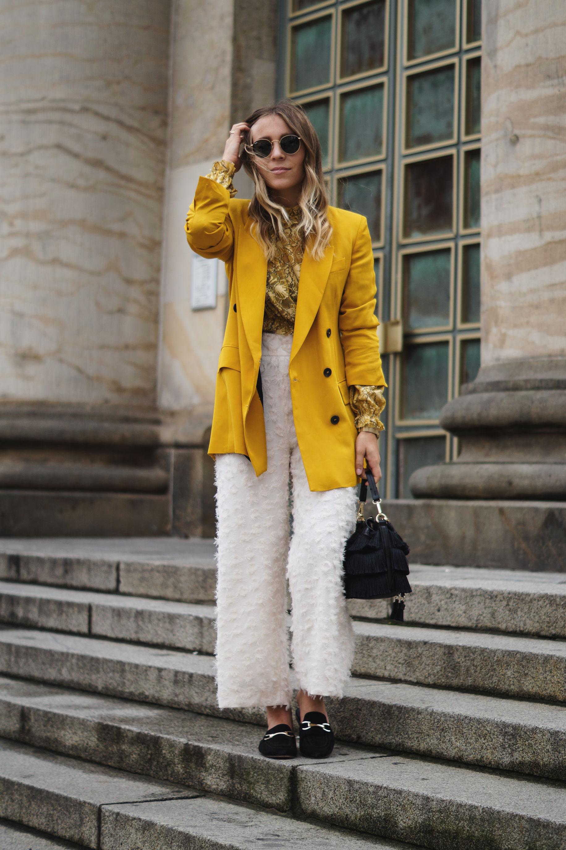 Sariety Fashionblog Mercedes Benz Fashion Week Berlin Streetstyle Yellow Blazer Mustard Spitzenshirt Croptop Modeblog Heidelberg_4