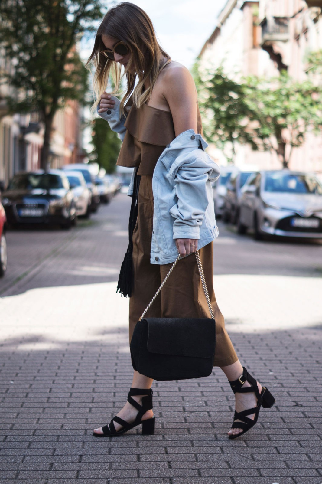 Sariety Modeblog Sarah Czok Fashionblogger Streetstyle Outfit Jumpsuit Obersize Denim Jeansjacke-10