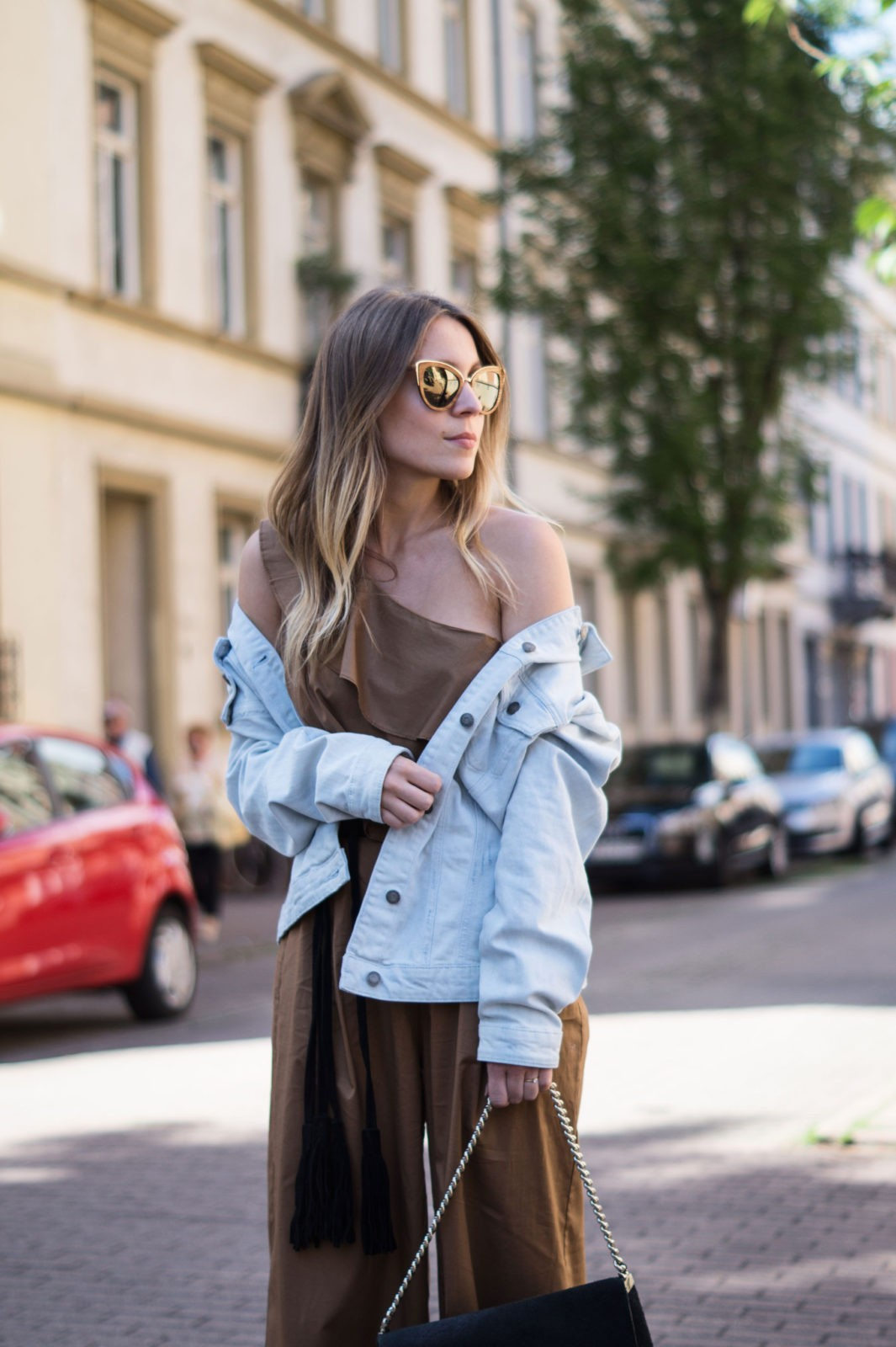 Sariety Modeblog Sarah Czok Fashionblogger Streetstyle Outfit Jumpsuit Obersize Denim Jeansjacke-11
