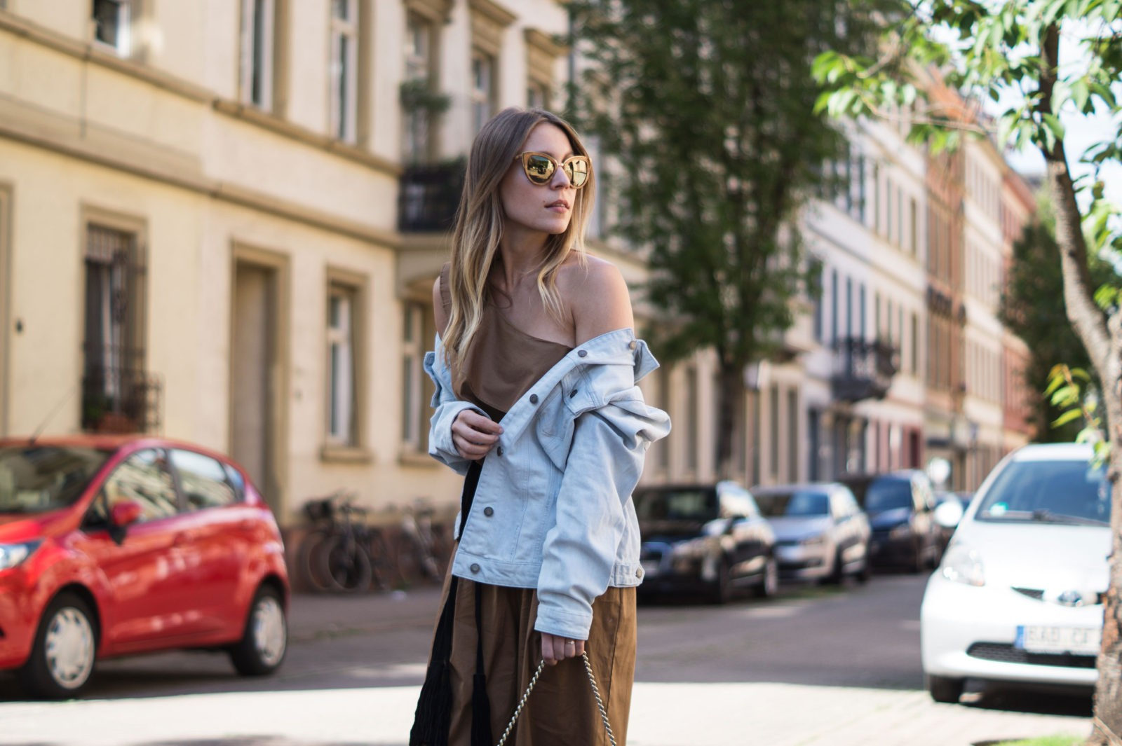 Sariety Modeblog Sarah Czok Fashionblogger Streetstyle Outfit Jumpsuit Obersize Denim Jeansjacke-12