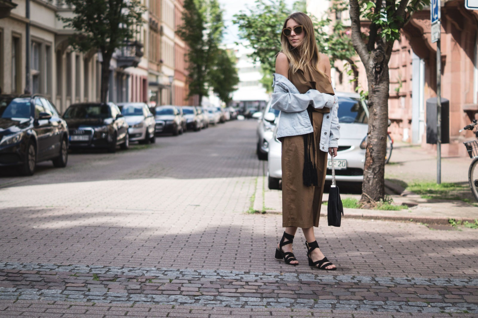 Sariety Modeblog Sarah Czok Fashionblogger Streetstyle Outfit Jumpsuit Obersize Denim Jeansjacke-3