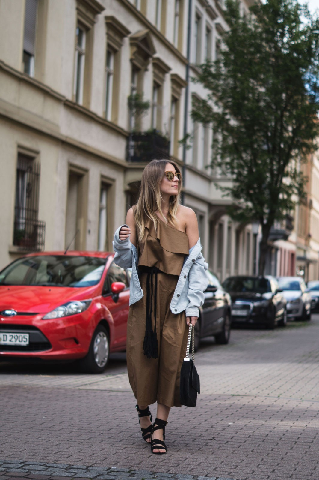 Sariety Modeblog Sarah Czok Fashionblogger Streetstyle Outfit Jumpsuit Obersize Denim Jeansjacke-4
