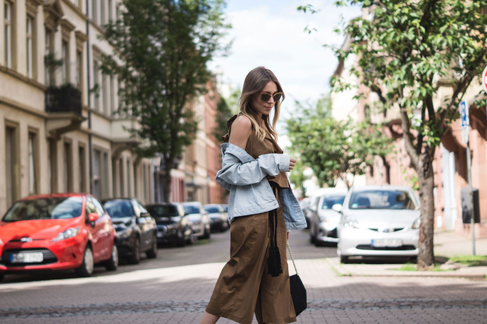 Sariety Modeblog Sarah Czok Fashionblogger Streetstyle Outfit Jumpsuit Obersize Denim Jeansjacke-6