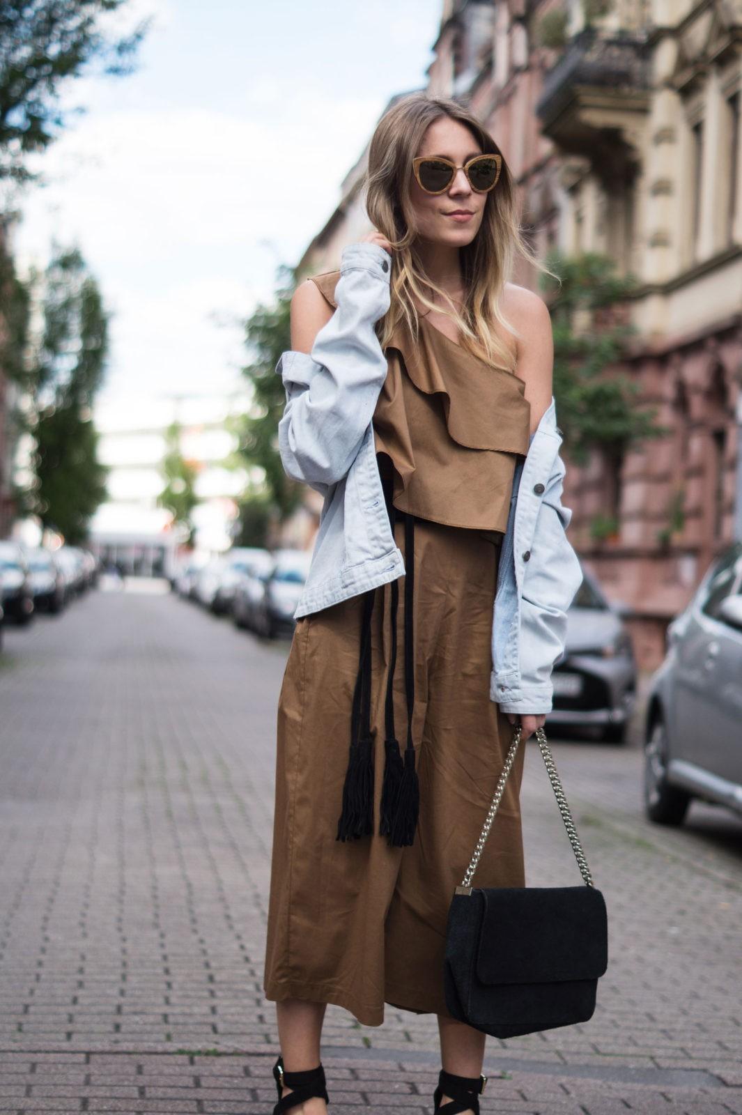 Sariety Modeblog Sarah Czok Fashionblogger Streetstyle Outfit Jumpsuit Obersize Denim Jeansjacke-7