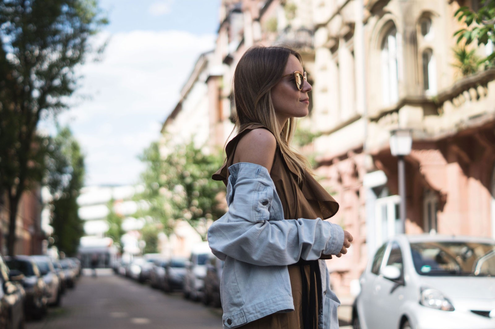 Sariety Modeblog Sarah Czok Fashionblogger Streetstyle Outfit Jumpsuit Obersize Denim Jeansjacke-8