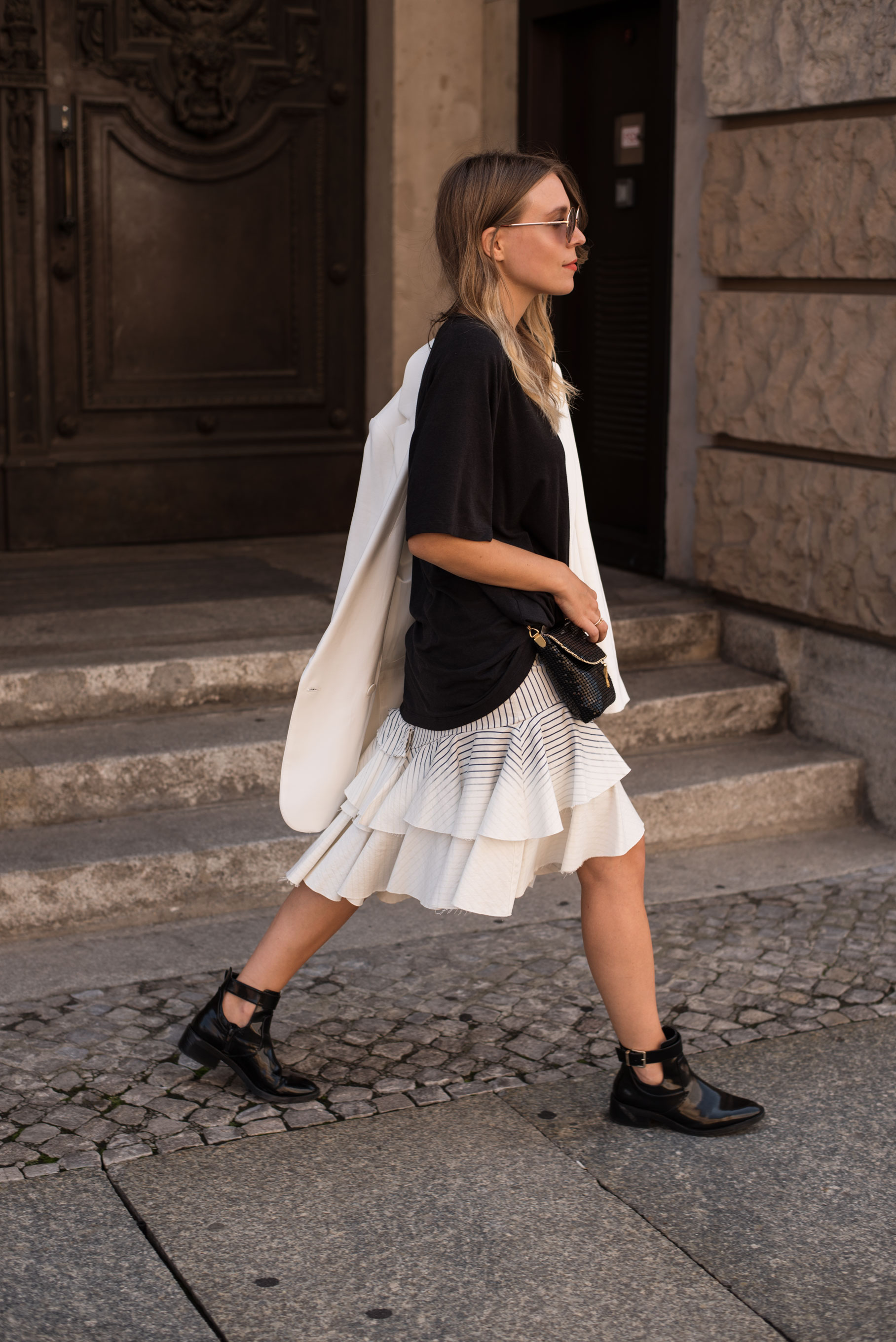 Denim Volant Skirt Rüschen Black and White Guess Adidas Streetstyle Fashion Week Berlin Casual Chic Sariety Modeblog Fashionblogger Heidelberg_12