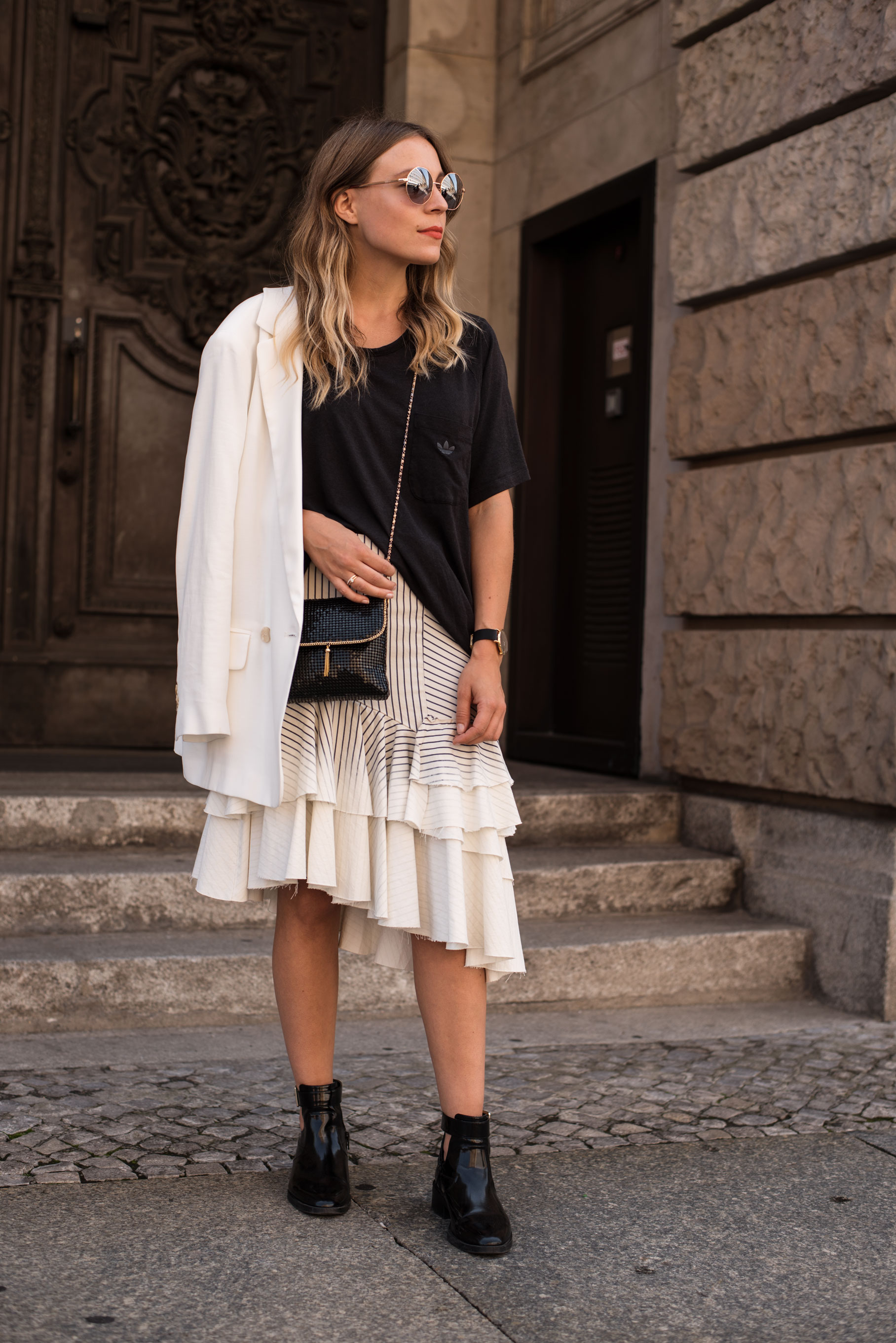 Denim Volant Skirt Rüschen Black and White Guess Adidas Streetstyle Fashion Week Berlin Casual Chic Sariety Modeblog Fashionblogger Heidelberg_23