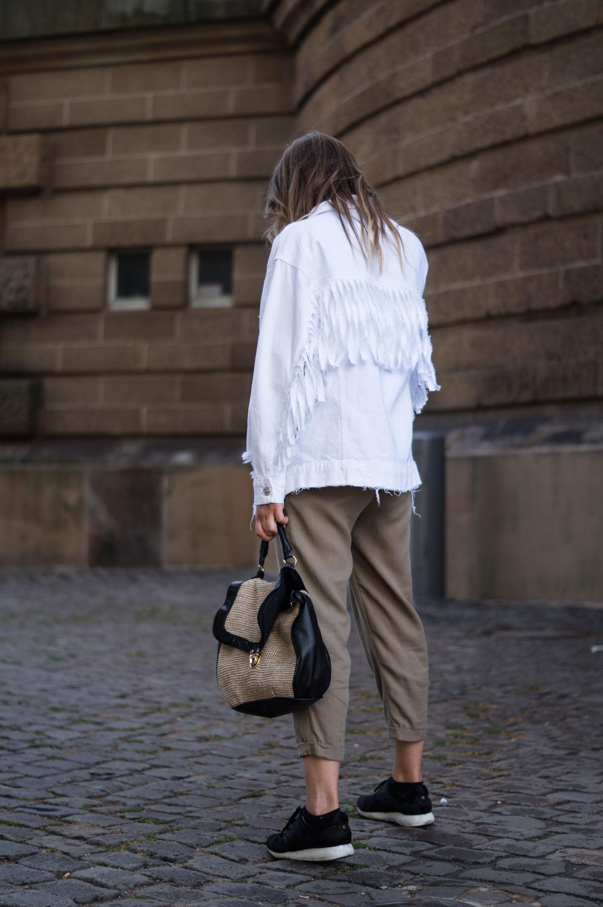 Fringed Denim Jacket Fransenjacke weiße Jeansjacke Casual Outfit Sariety Fashionblogger Modeblog Heidelberg Mannheim Wasserturm-9