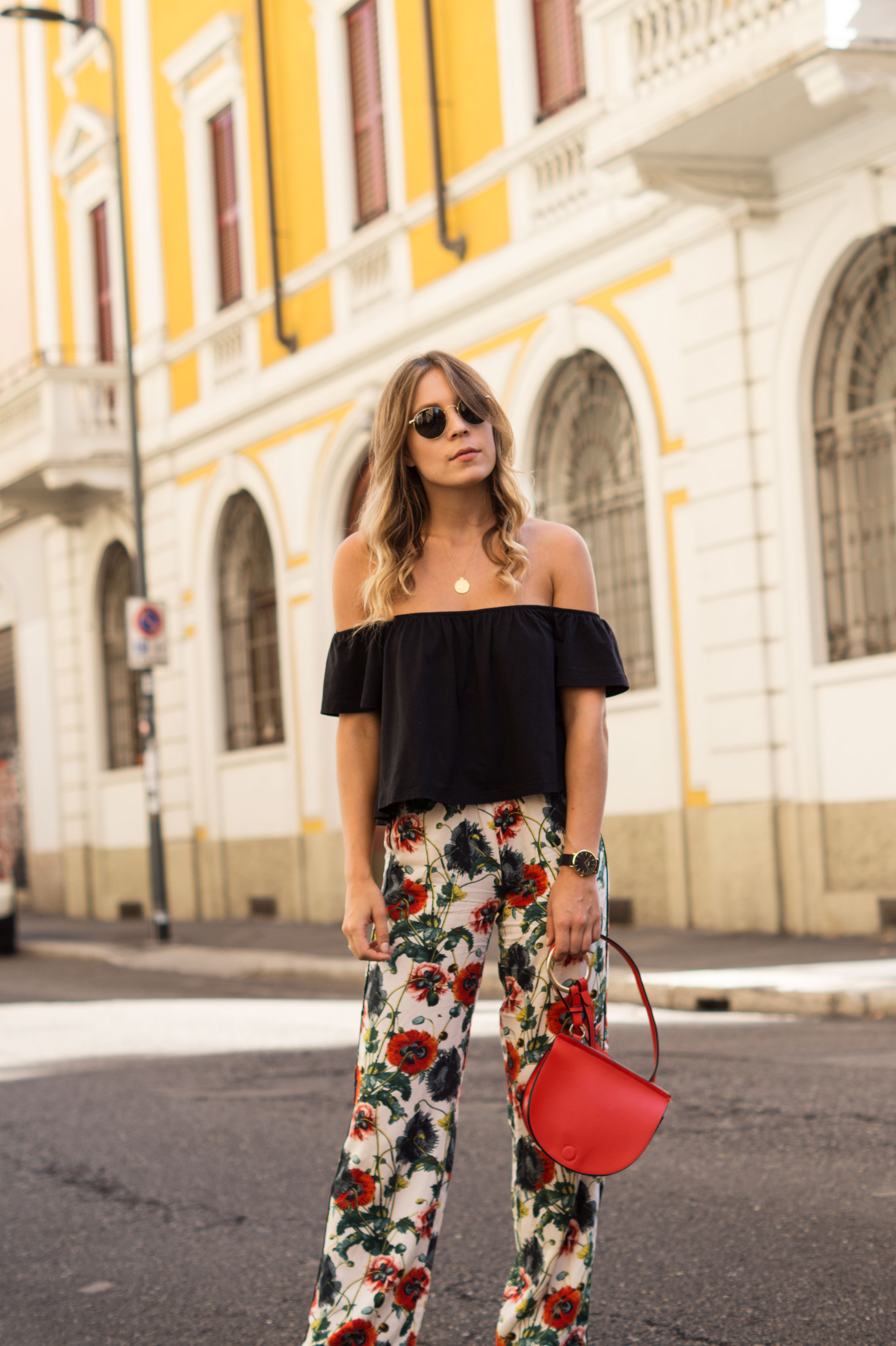 H&M Printhose Milan Sariety Fashionblogger Sommerlook Mailand rote Tasche Chanel Schuhe Dupes Summer Floral Print-1