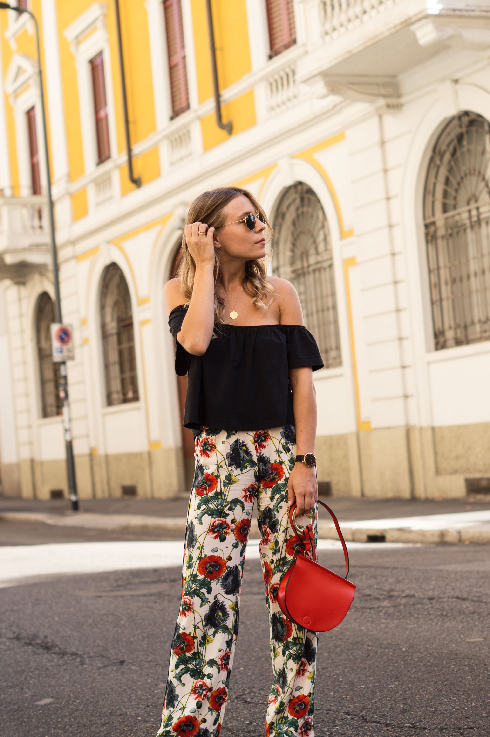 H&M Printhose Milan Sariety Fashionblogger Sommerlook Mailand rote Tasche Chanel Schuhe Dupes Summer Floral Print-2