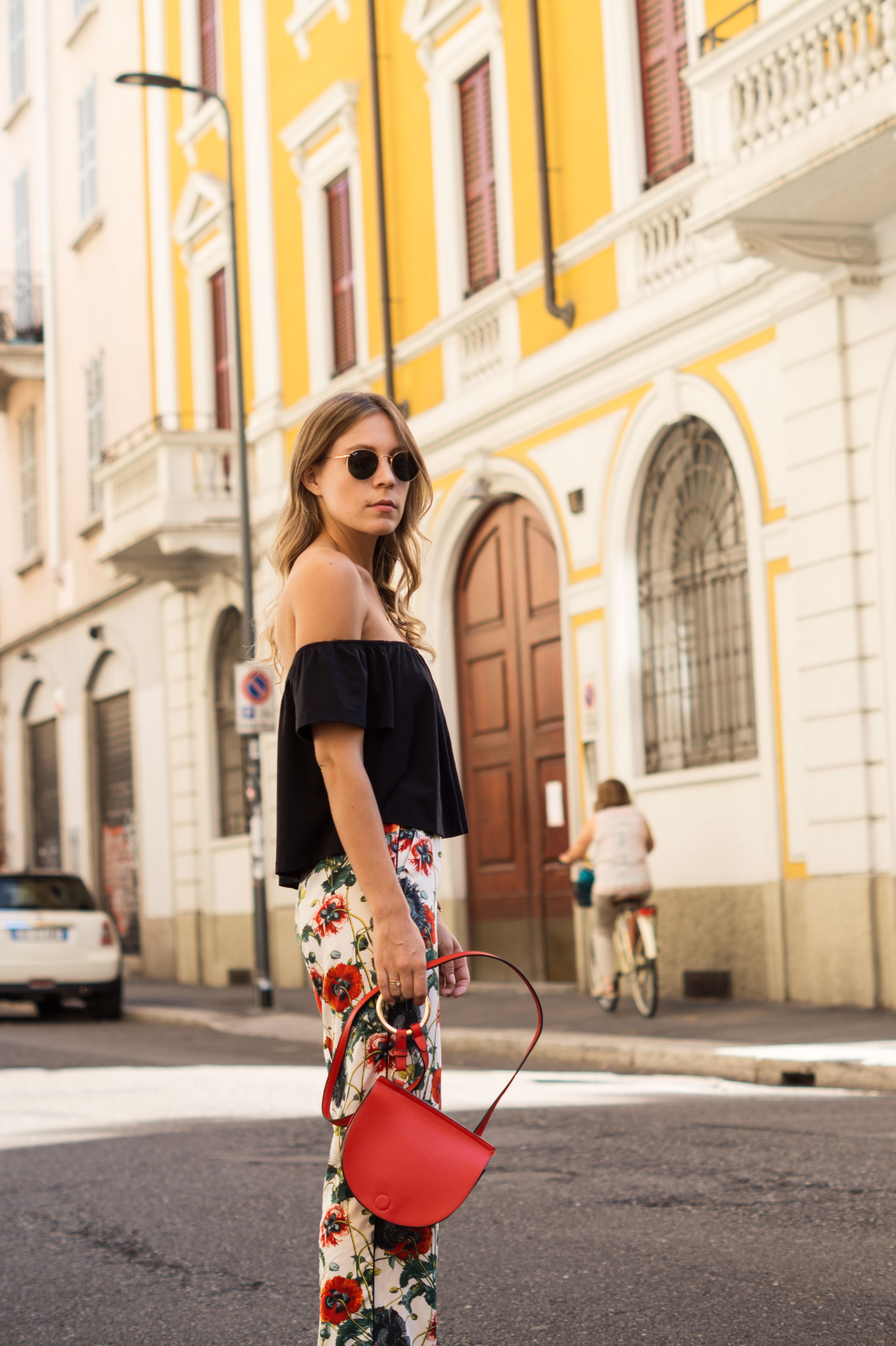 H&M Printhose Milan Sariety Fashionblogger Sommerlook Mailand rote Tasche Chanel Schuhe Dupes Summer Floral Print-3