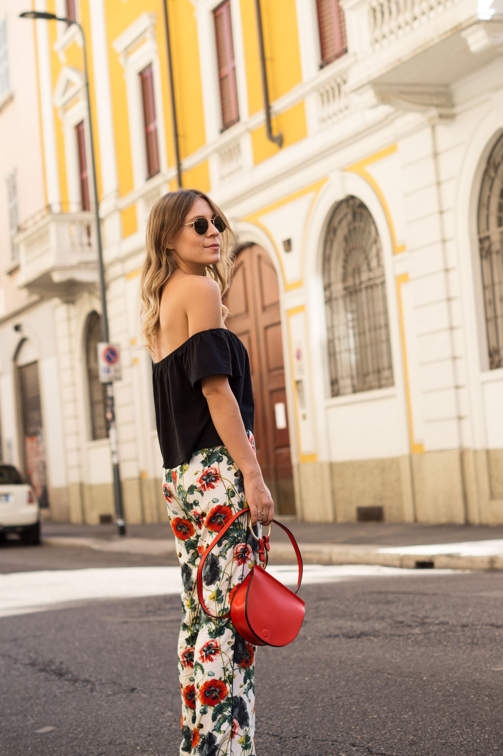 H&M Printhose Milan Sariety Fashionblogger Sommerlook Mailand rote Tasche Chanel Schuhe Dupes Summer Floral Print-4