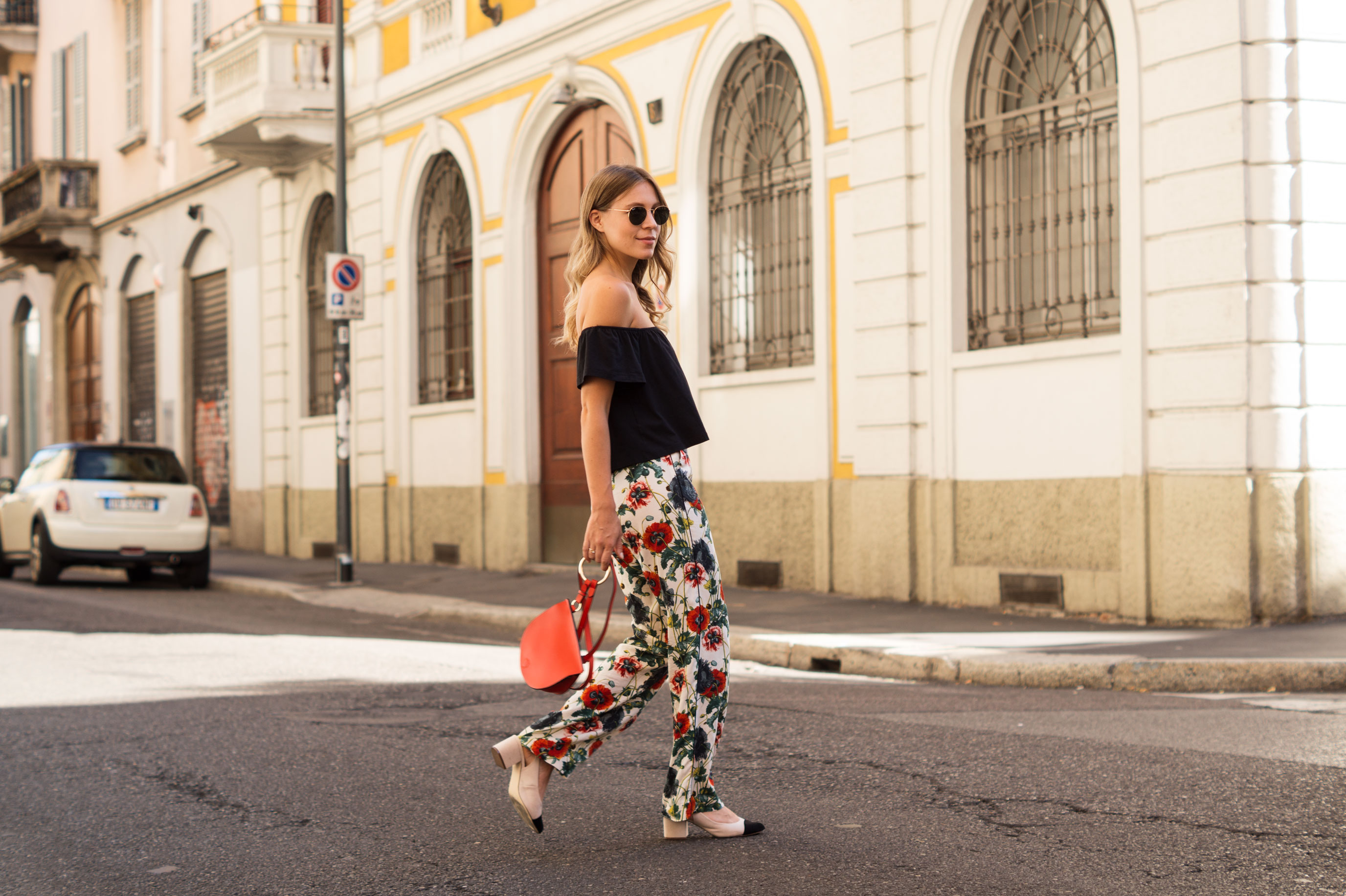 H&M Printhose Milan Sariety Fashionblogger Sommerlook Mailand rote Tasche Chanel Schuhe Dupes Summer Floral Print-5