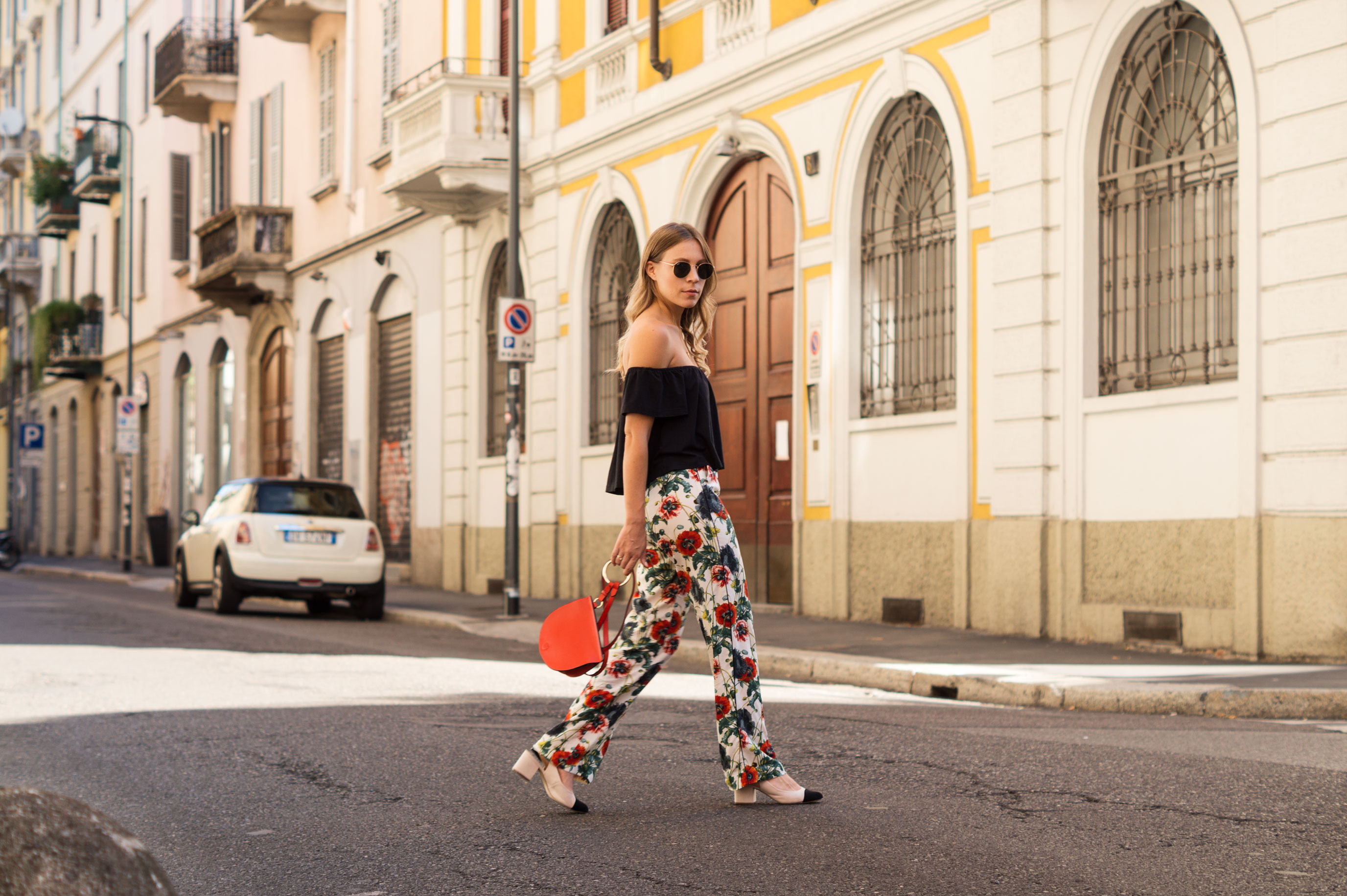 H&M Printhose Milan Sariety Fashionblogger Sommerlook Mailand rote Tasche Chanel Schuhe Dupes Summer Floral Print-6