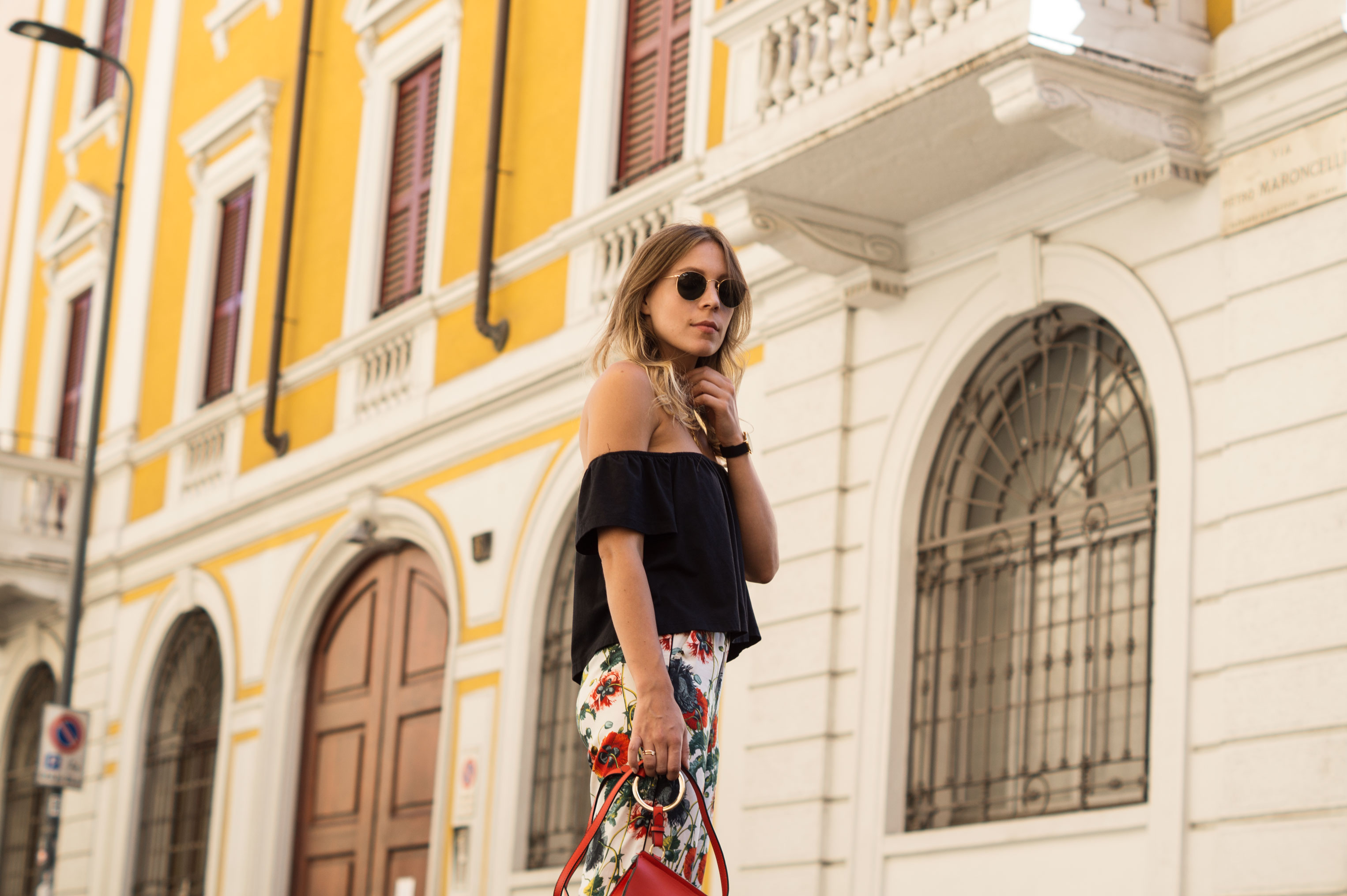 H&M Printhose Milan Sariety Fashionblogger Sommerlook Mailand rote Tasche Chanel Schuhe Dupes Summer Floral Print-8