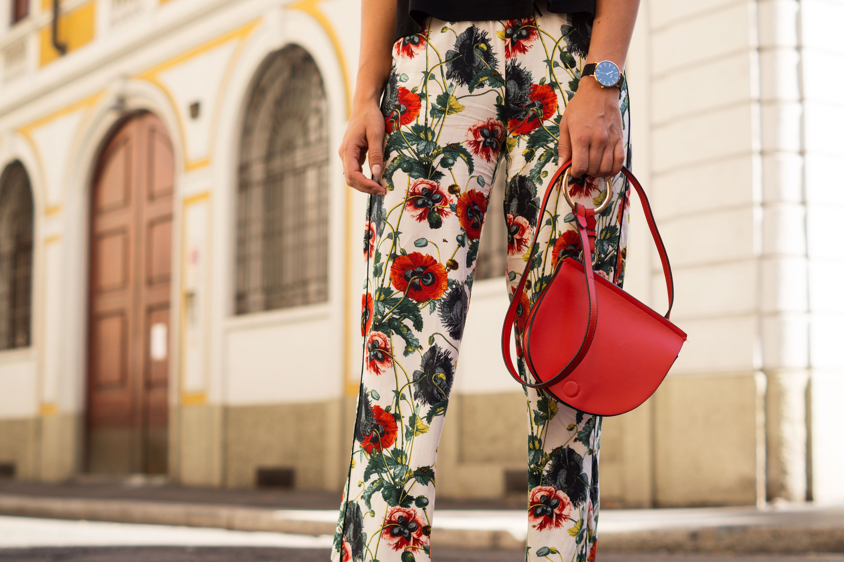 H&M Printhose Milan Sariety Fashionblogger Sommerlook Mailand rote Tasche Chanel Schuhe Dupes Summer Floral Print-9