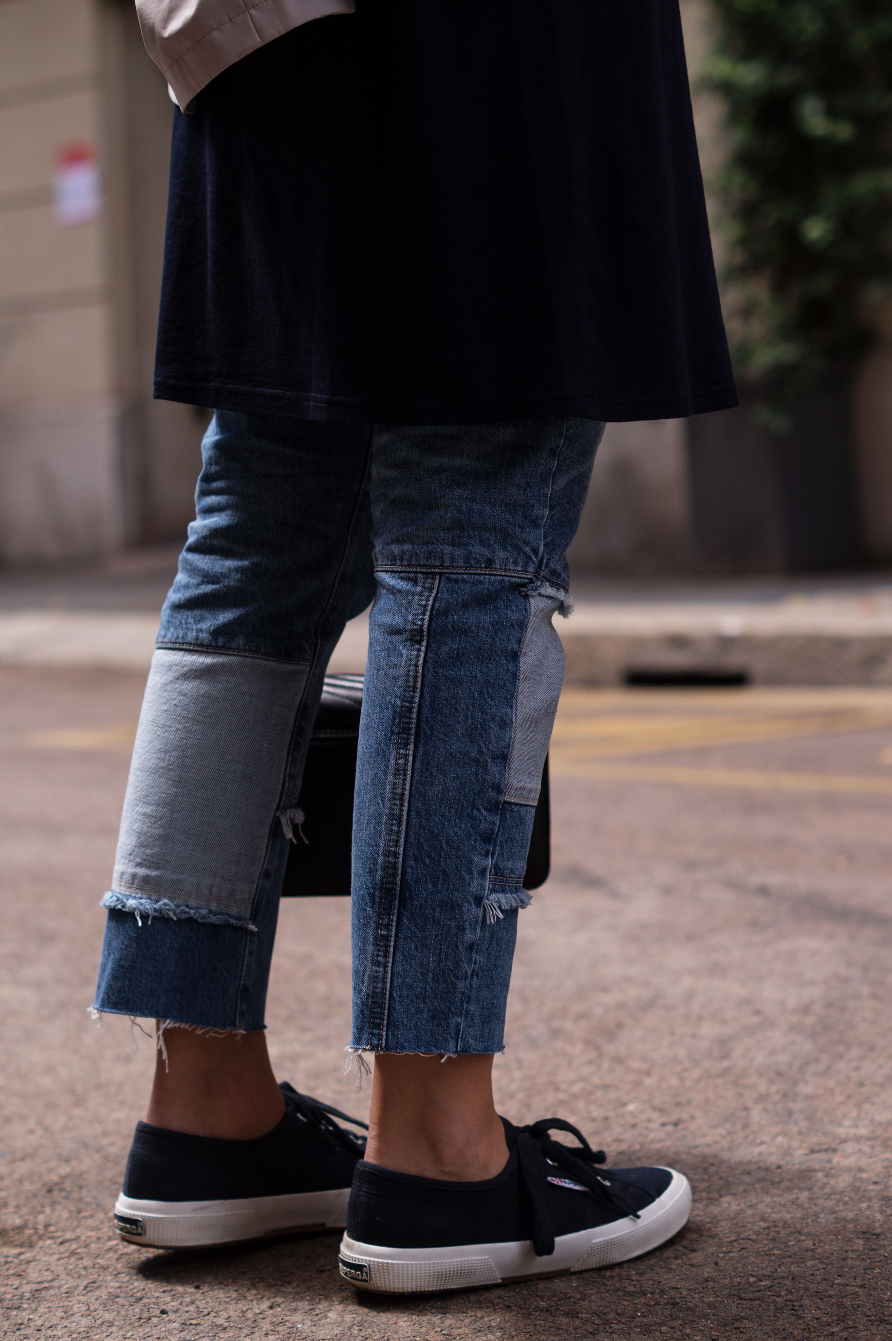 Patched Boyfriend Jeans Denim Bomberjacke Superga navy blau blue in blue Streetstyl Milan Mailand Sariety Fashionblogger Modeblog-16