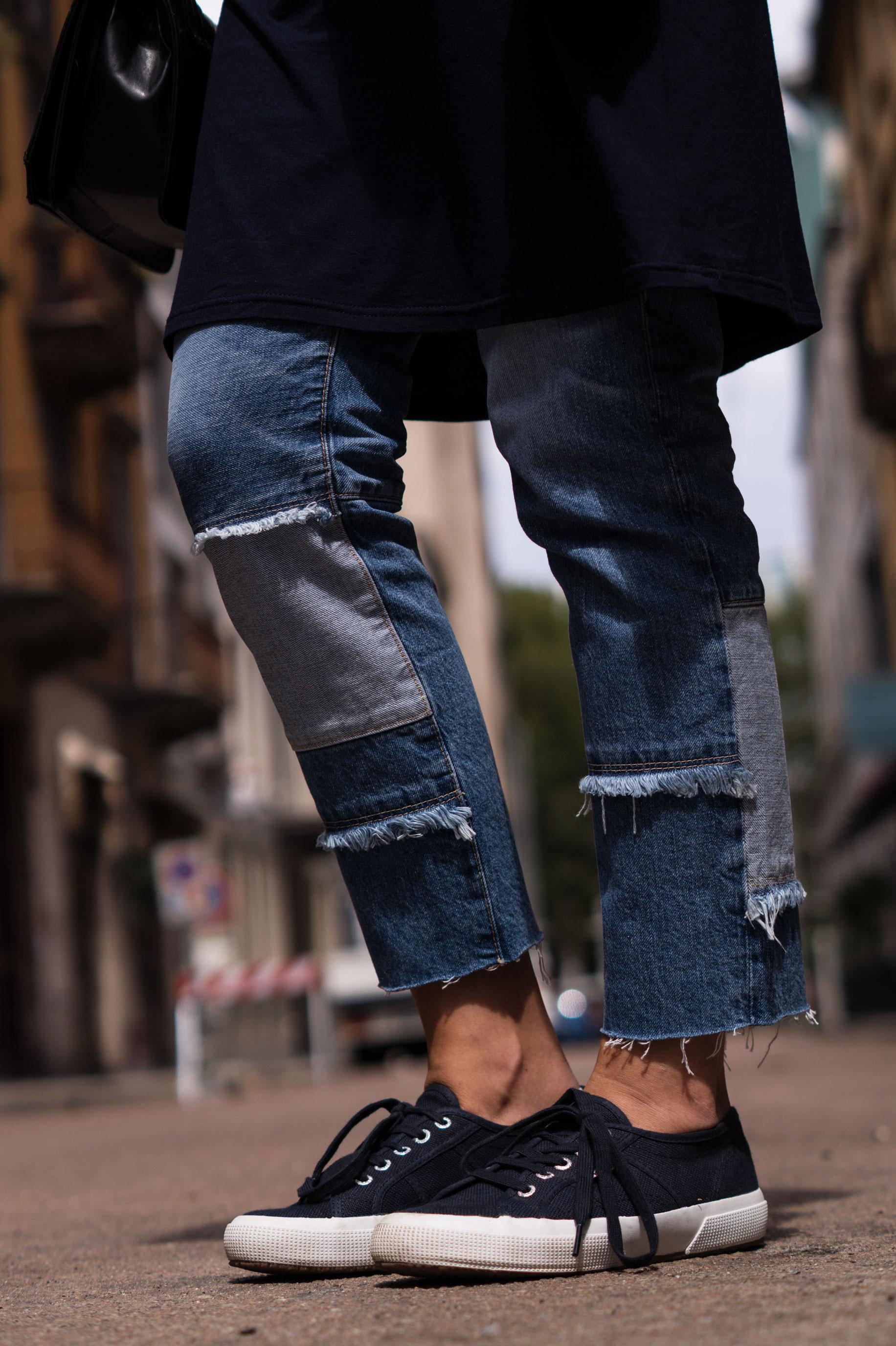 Patched Boyfriend Jeans Denim Bomberjacke Superga navy blau blue in blue Streetstyl Milan Mailand Sariety Fashionblogger Modeblog-18