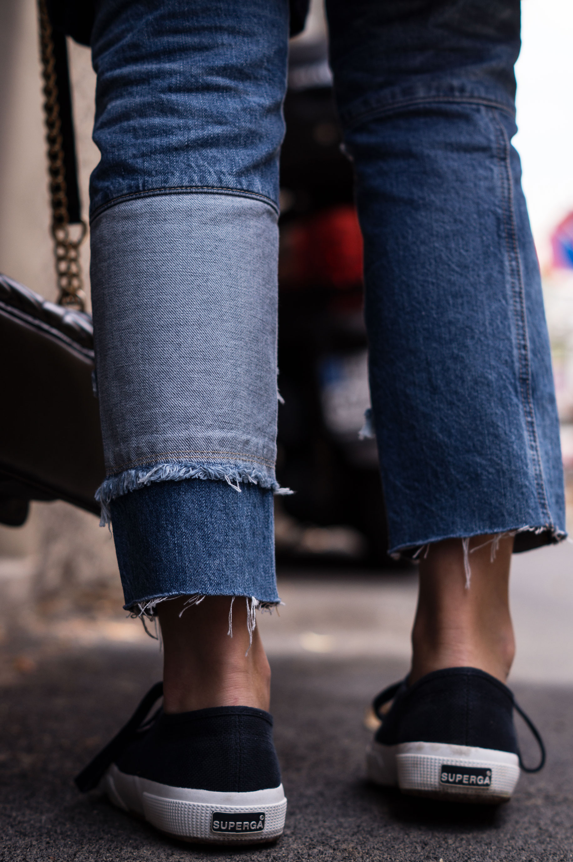 Patched Boyfriend Jeans Denim Bomberjacke Superga navy blau blue in blue Streetstyl Milan Mailand Sariety Fashionblogger Modeblog-19