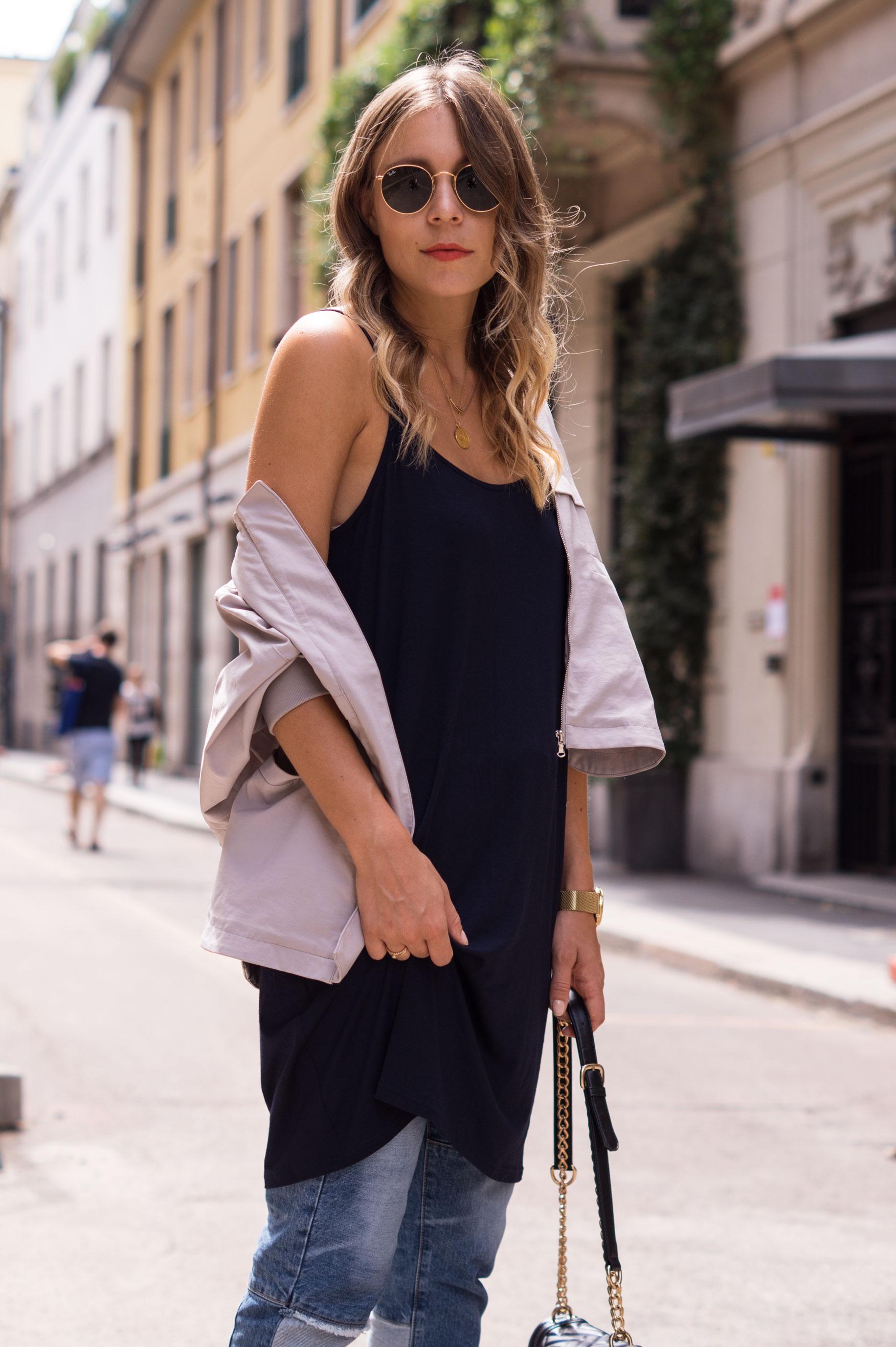Patched Boyfriend Jeans Denim Bomberjacke Superga navy blau blue in blue Streetstyl Milan Mailand Sariety Fashionblogger Modeblog-21