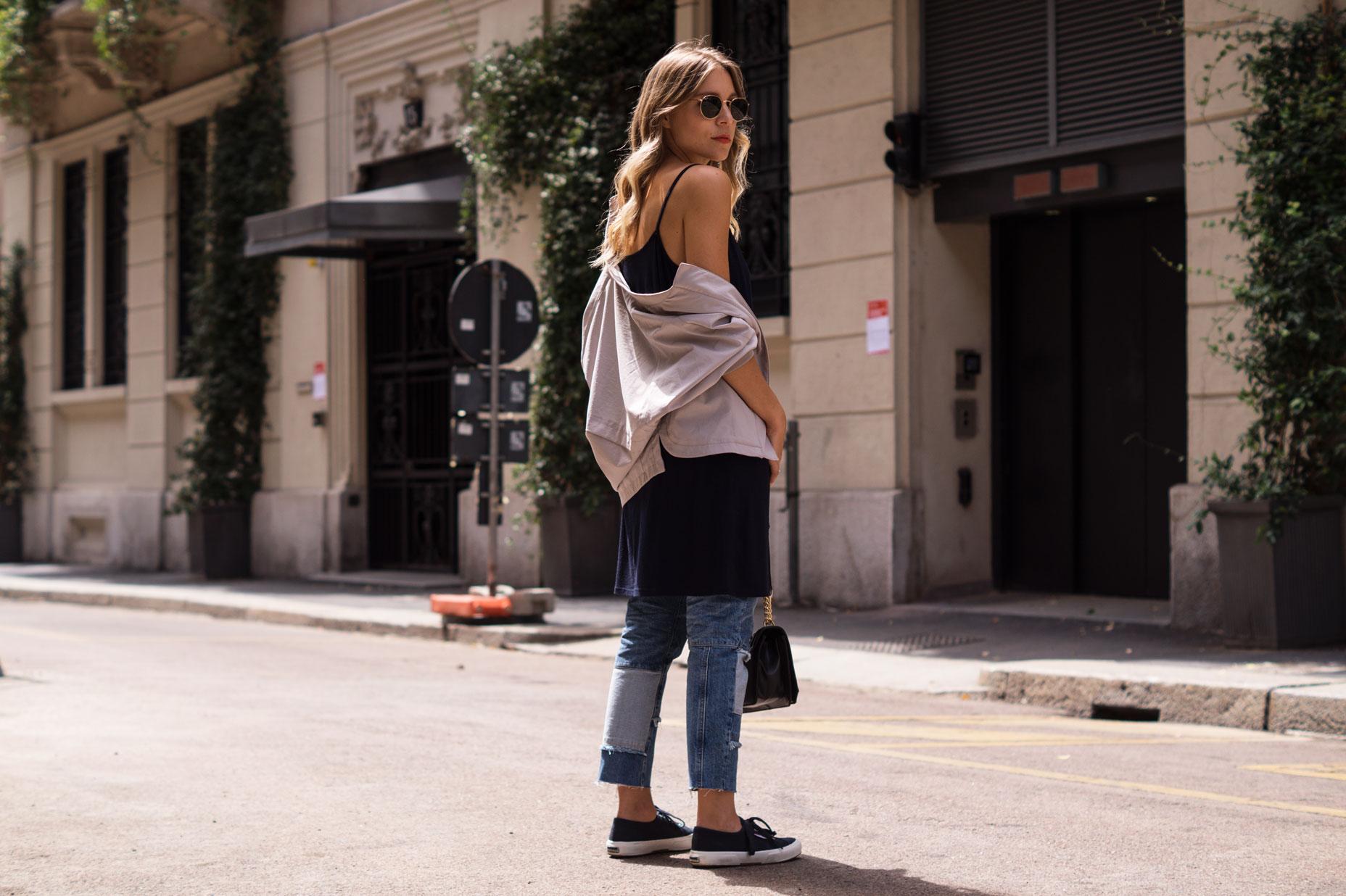 Patched Boyfriend Jeans Denim Bomberjacke Superga navy blau blue in blue Streetstyl Milan Mailand Sariety Fashionblogger Modeblog-24