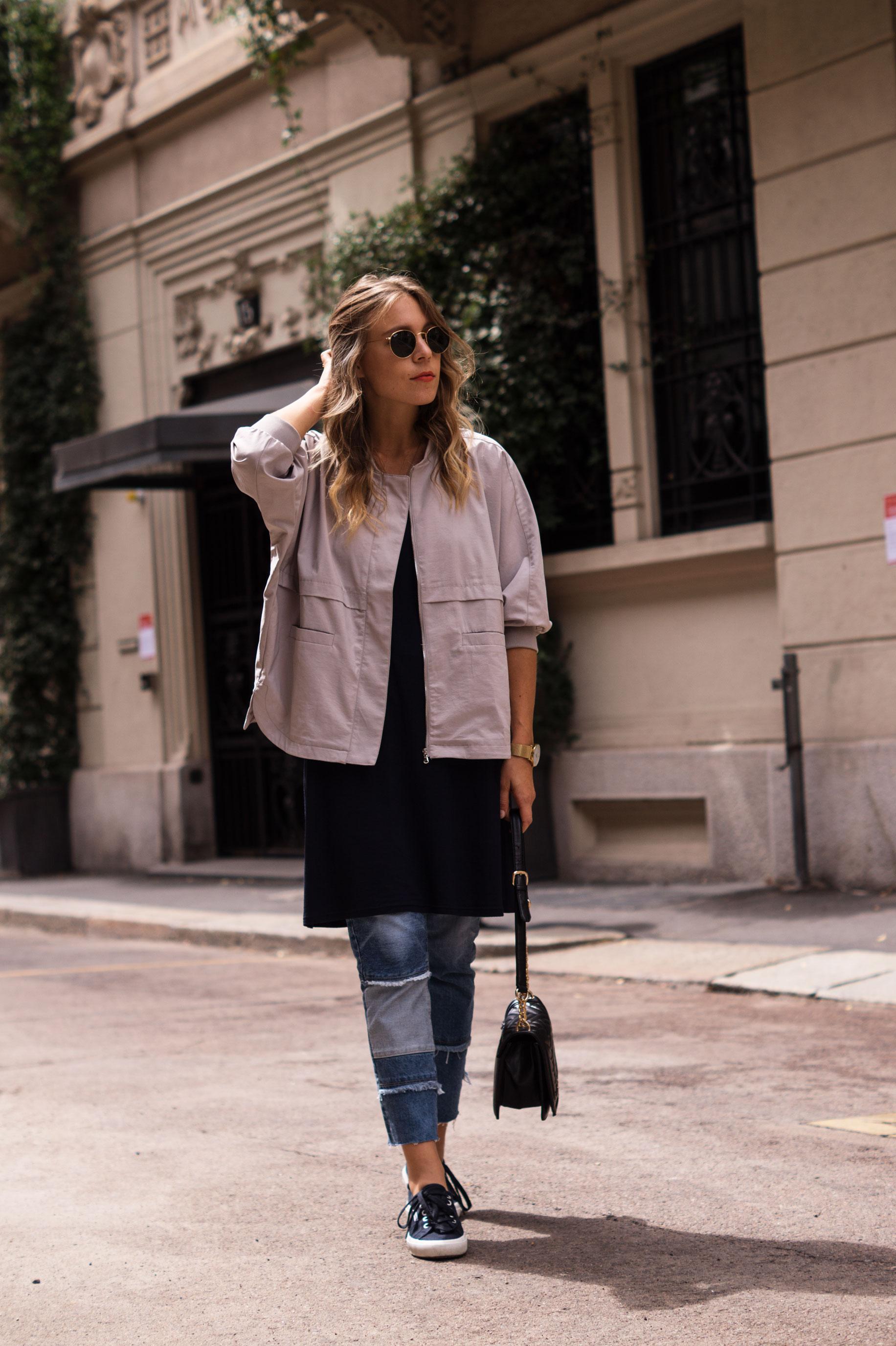 Patched Boyfriend Jeans Denim Bomberjacke Superga navy blau blue in blue Streetstyl Milan Mailand Sariety Fashionblogger Modeblog-5