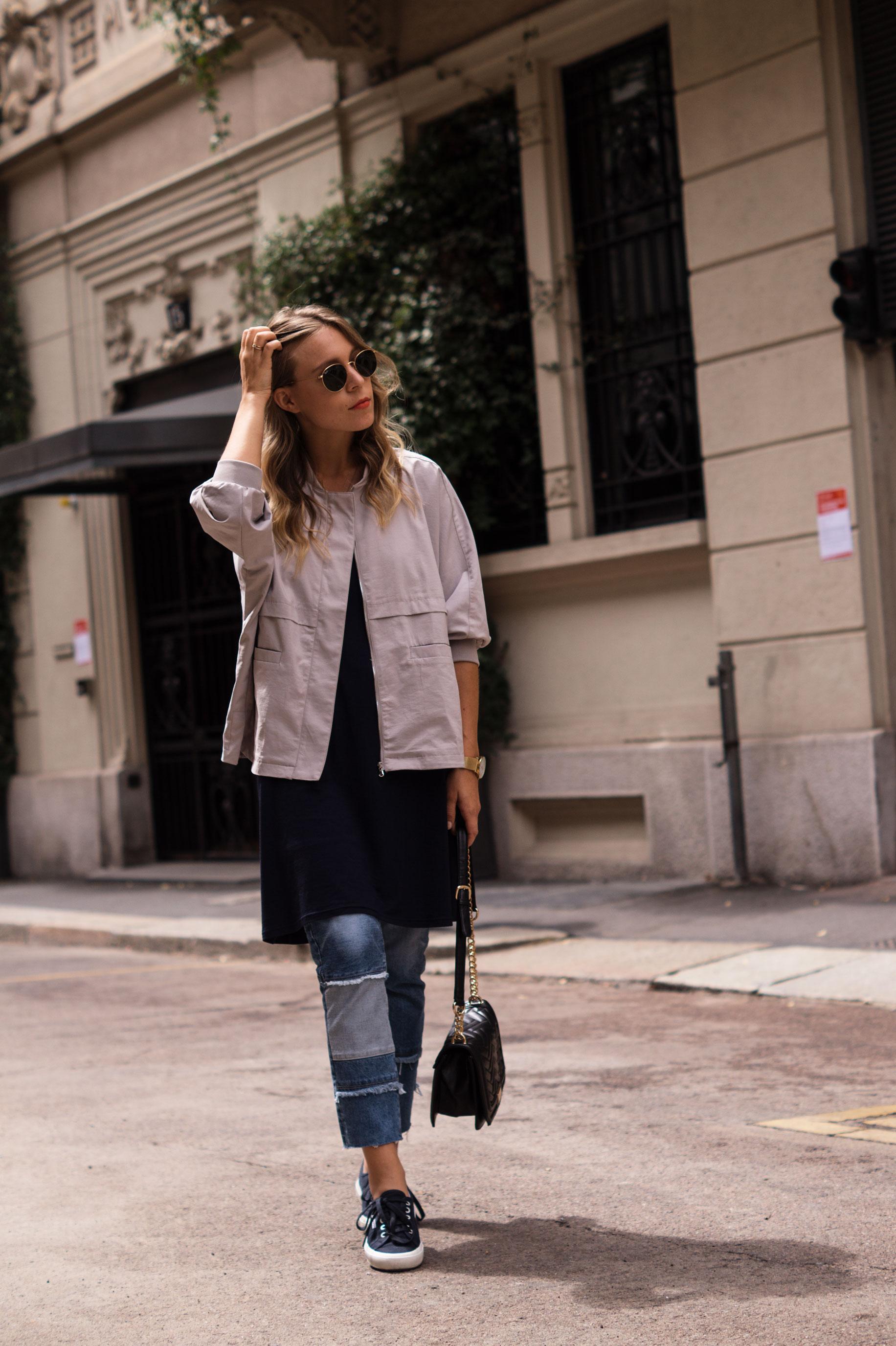 Patched Boyfriend Jeans Denim Bomberjacke Superga navy blau blue in blue Streetstyl Milan Mailand Sariety Fashionblogger Modeblog-6