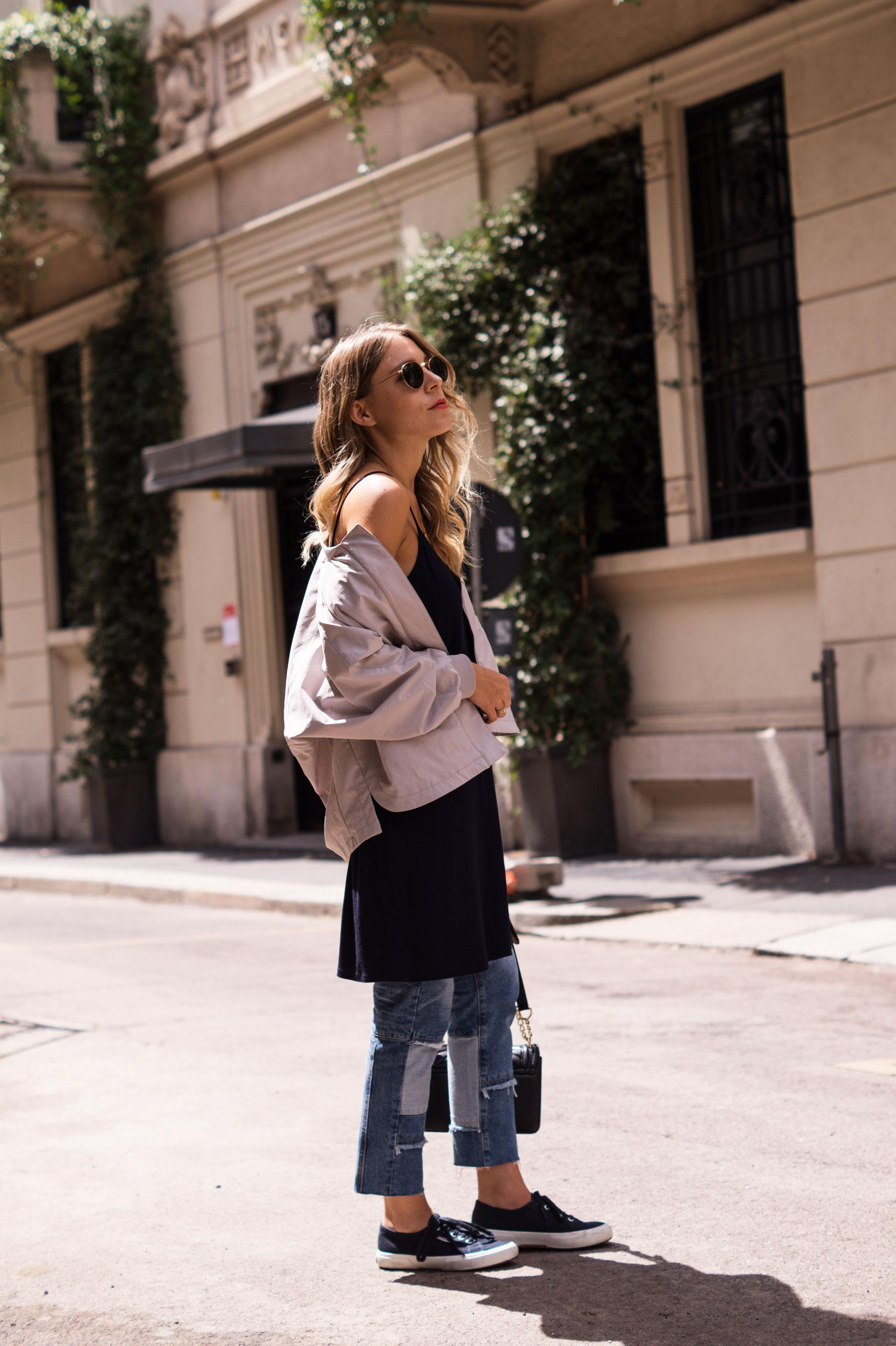 Patched Boyfriend Jeans Denim Bomberjacke Superga navy blau blue in blue Streetstyl Milan Mailand Sariety Fashionblogger Modeblog-7